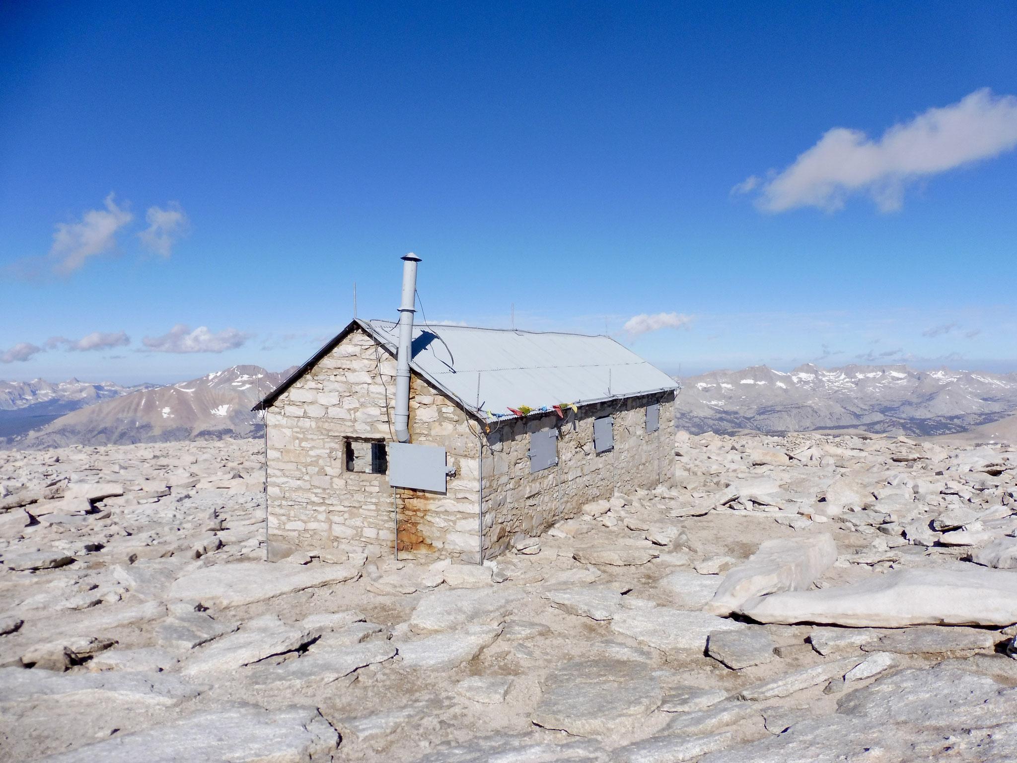 Die Schutzhütte auf dem Gipfel des Mount Whitney
