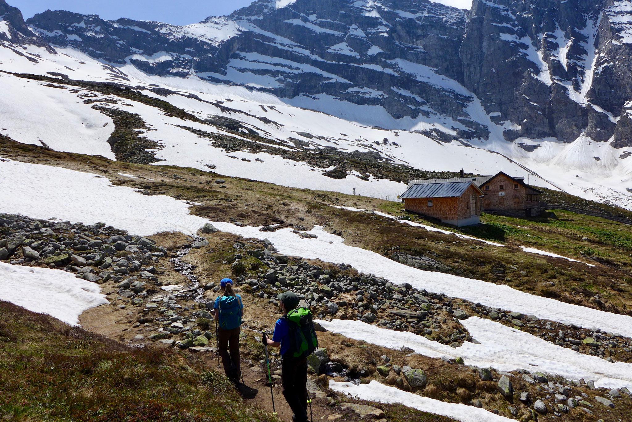 Es lag noch viel Schnee um die Hütte herum.