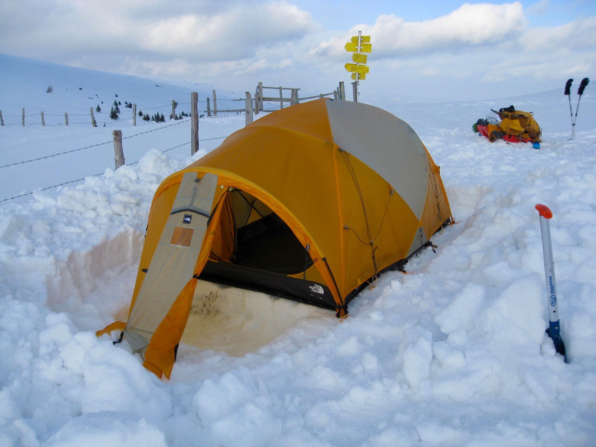 Noch das Außenzelt befestigen, je nach Wetter mit oder ohne Sturmbefestigung.