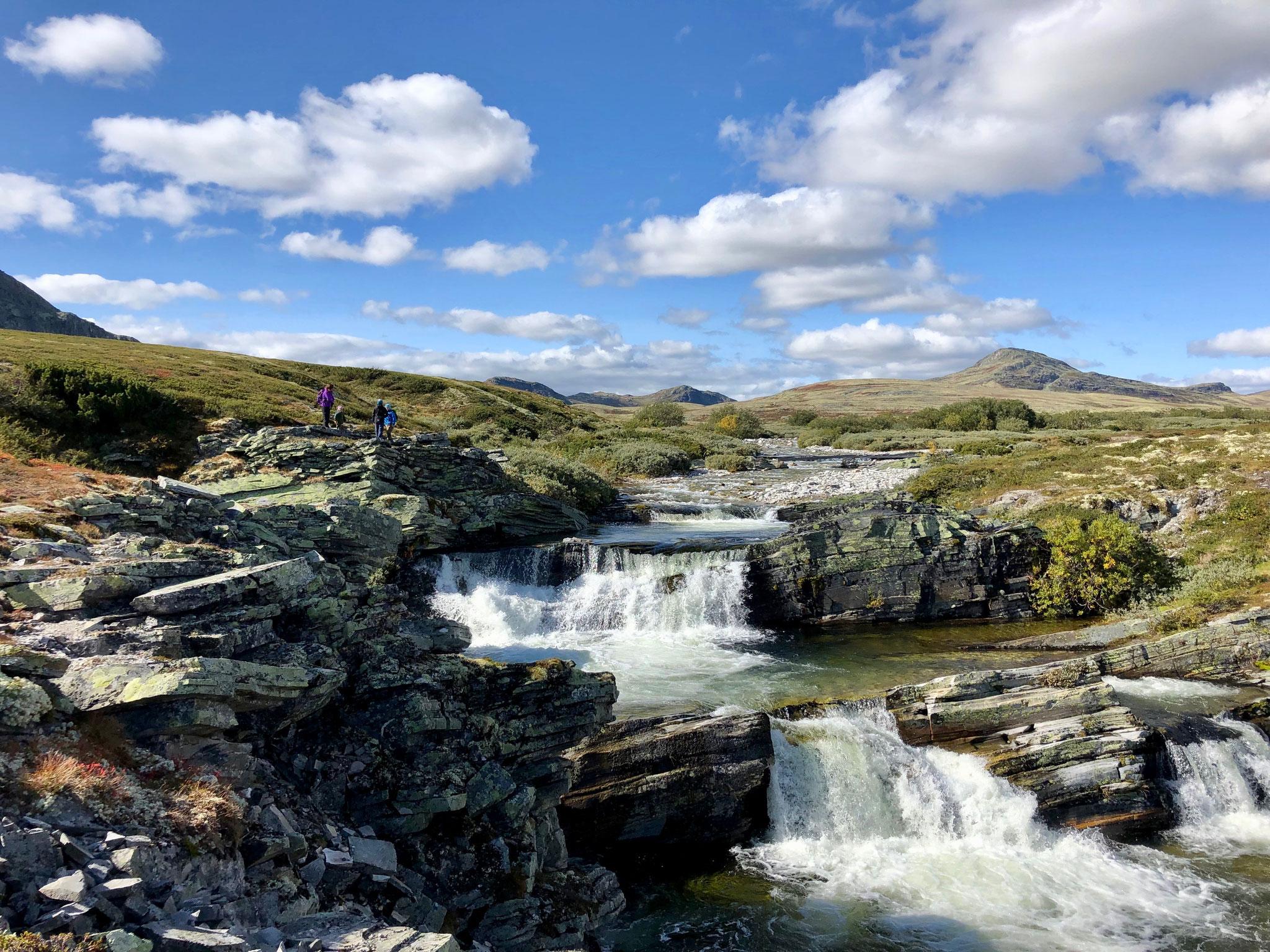 Die Wasserfälle befinden sich direkt unter der Brücke kurz vor bzw. nach der Hütte.