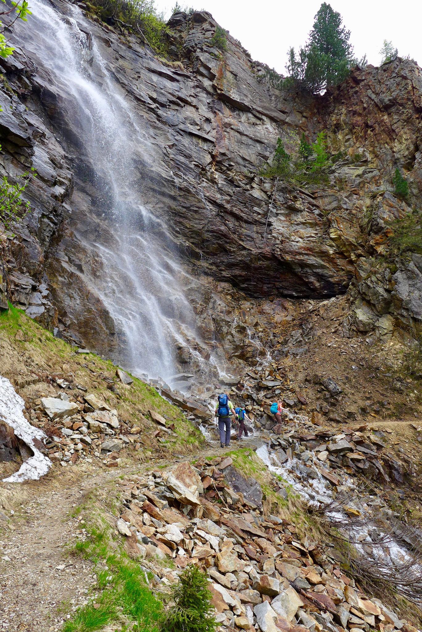 Der Weg führt nah an zwei Wasserfällen vorbei und bietet eine tolle Abkühlung.