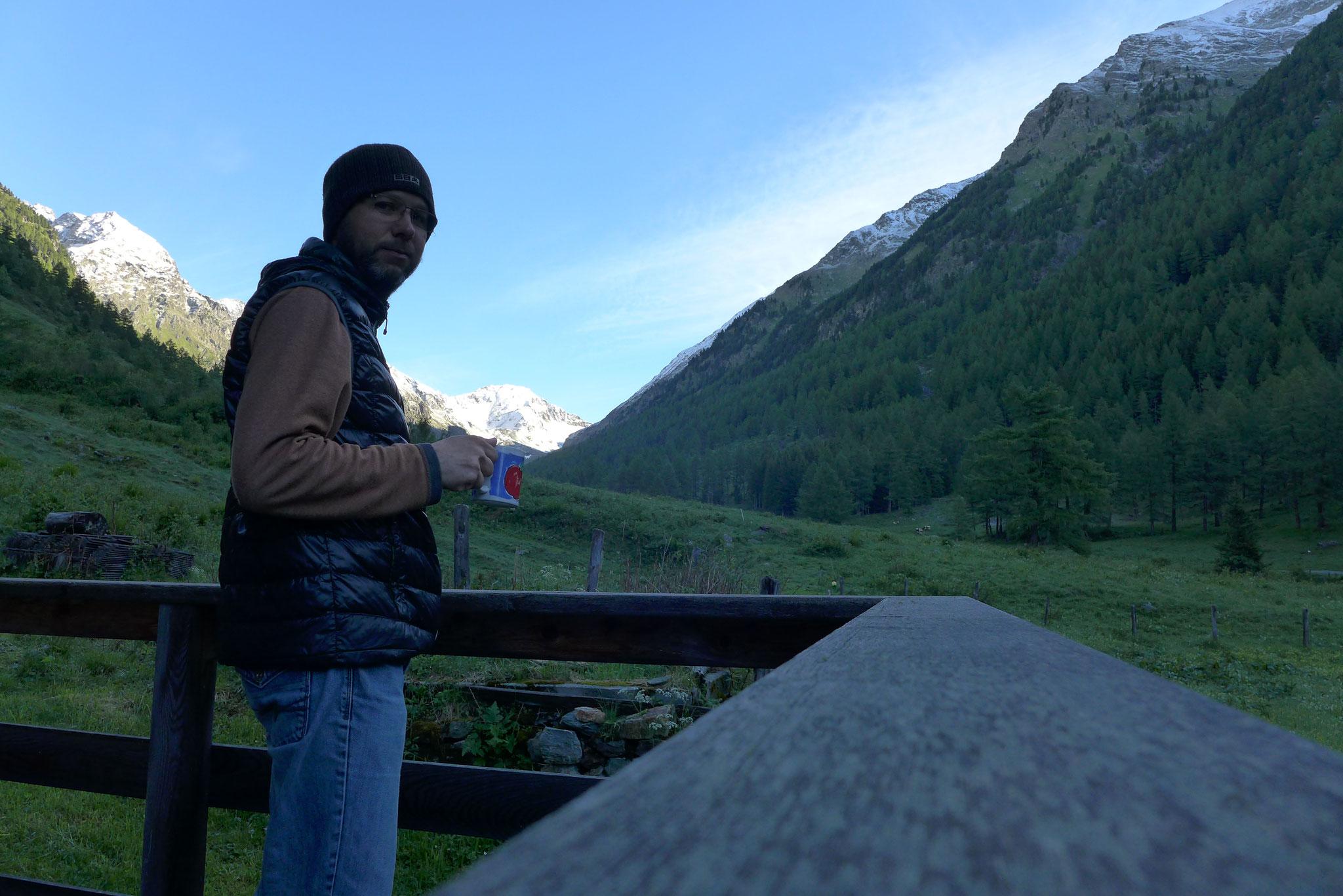 Früh morgens die Ruhe und den Ausblick mit einer Tasse Kaffee genießen - reine(r) Berge.