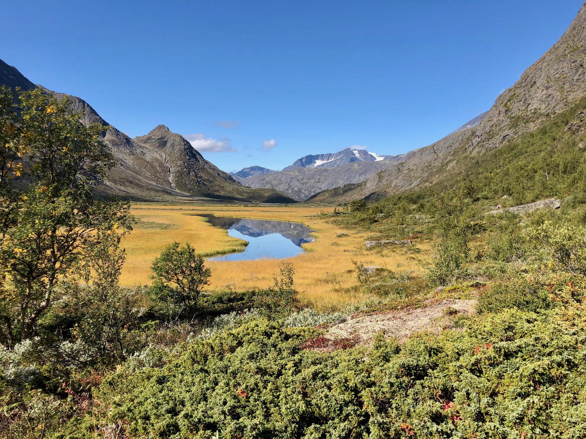Das Wasser war ruhig und so spiegelten sich die Berge darin.
