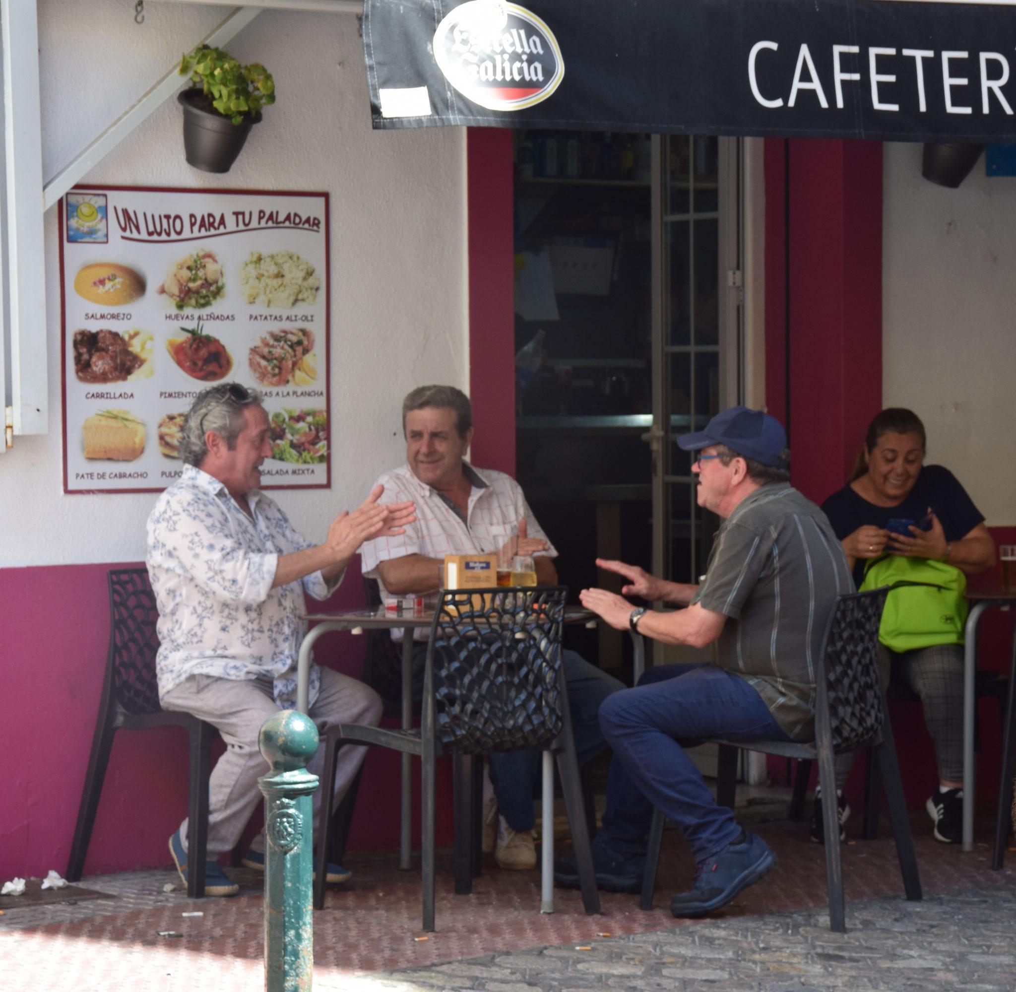 Spontane musikalische Einlage eines Einheimischen-Trios vor einer Bar