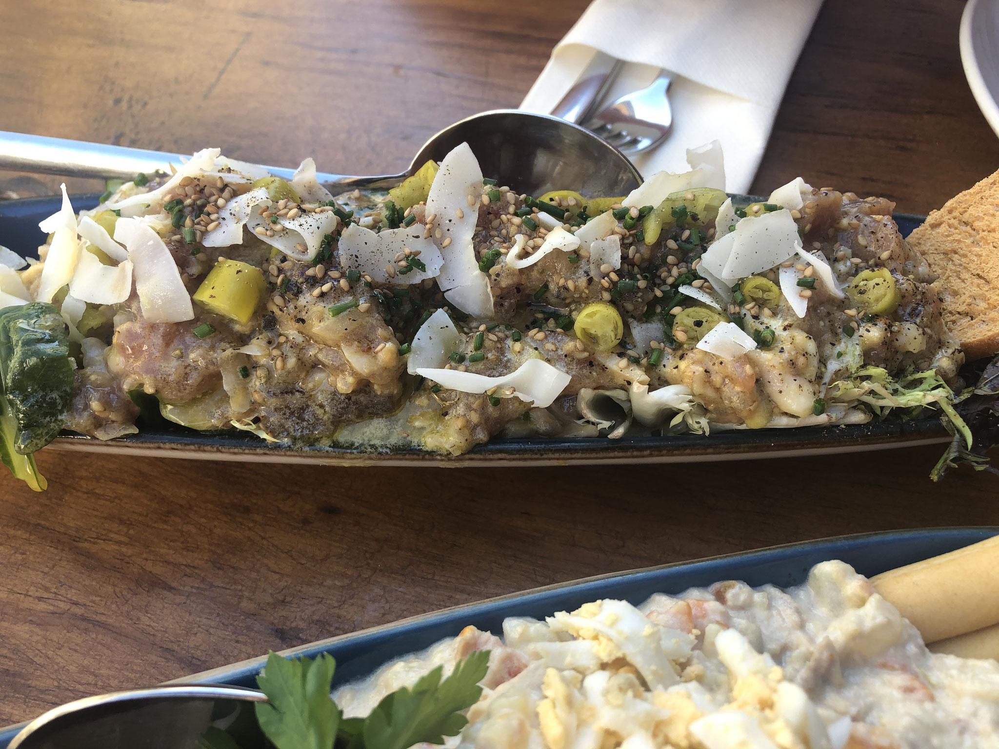 Thunfisch-Tartar mit Knoblauch und Sesam-Senf Vinaigrette