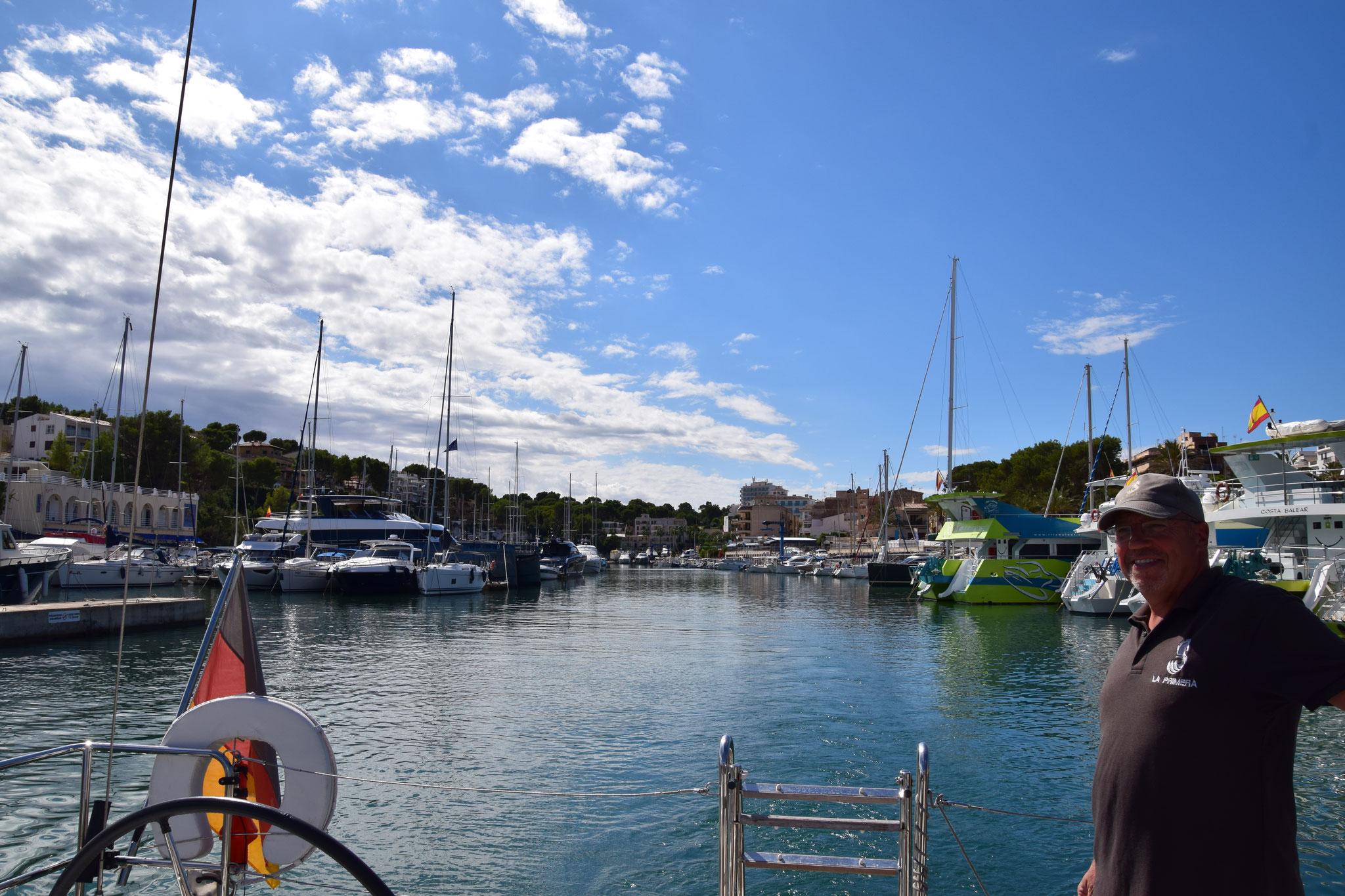 Der kleine, enge aber gut geschützte Hafen Porto Cristo