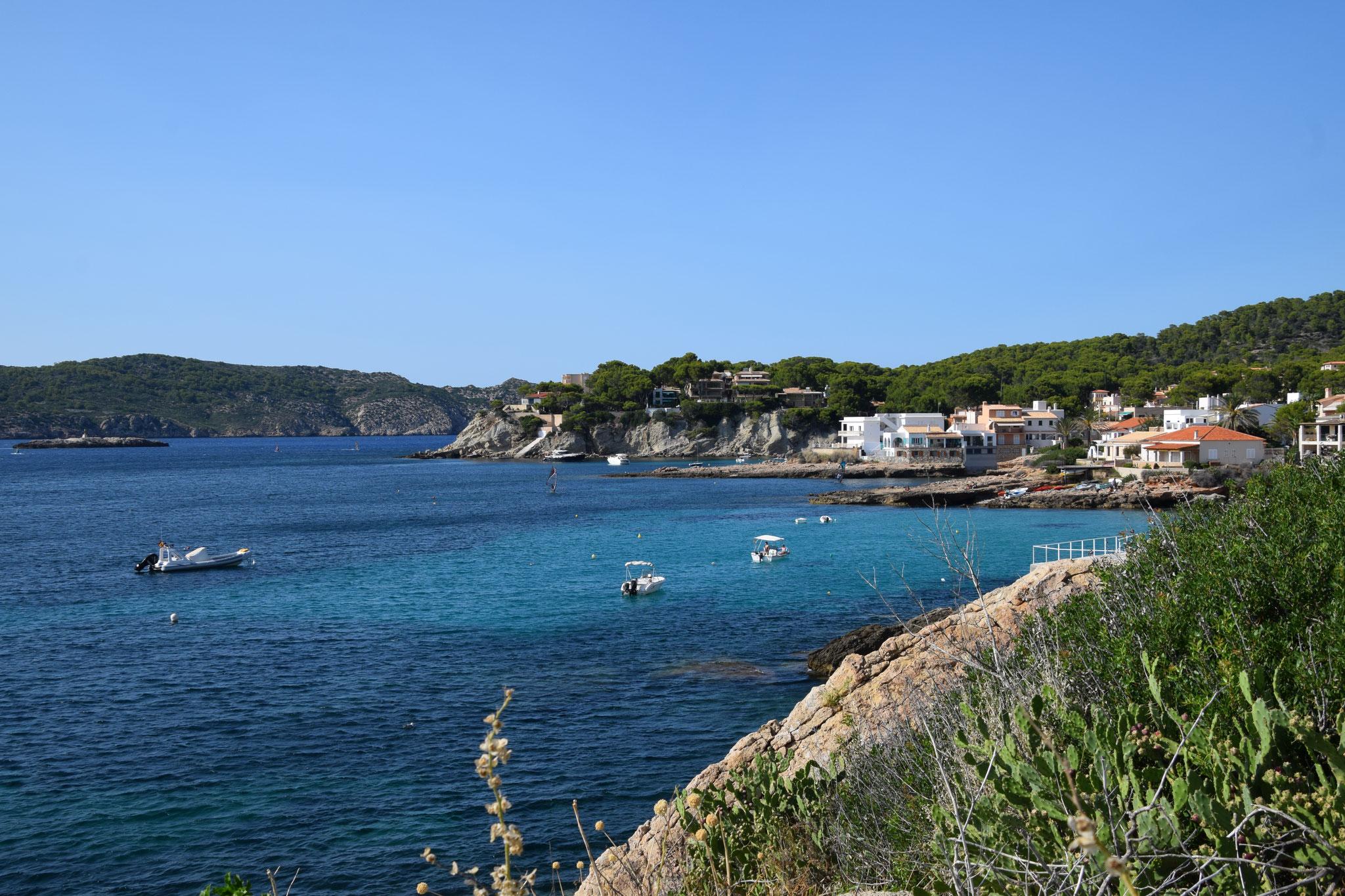 Blick von Sant Elm auf die benachbarte kleine Bucht S'Algar