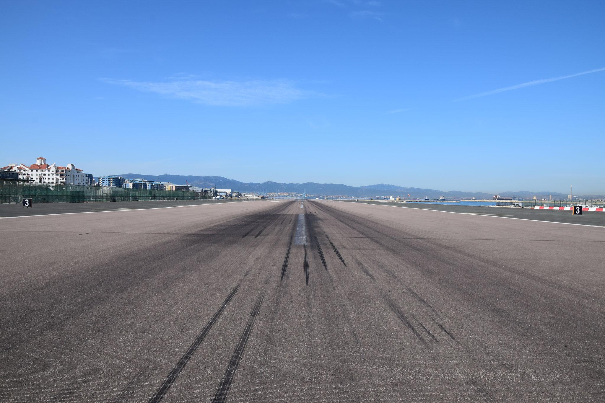 ... auf dem Weg über die Start- und Landebahn