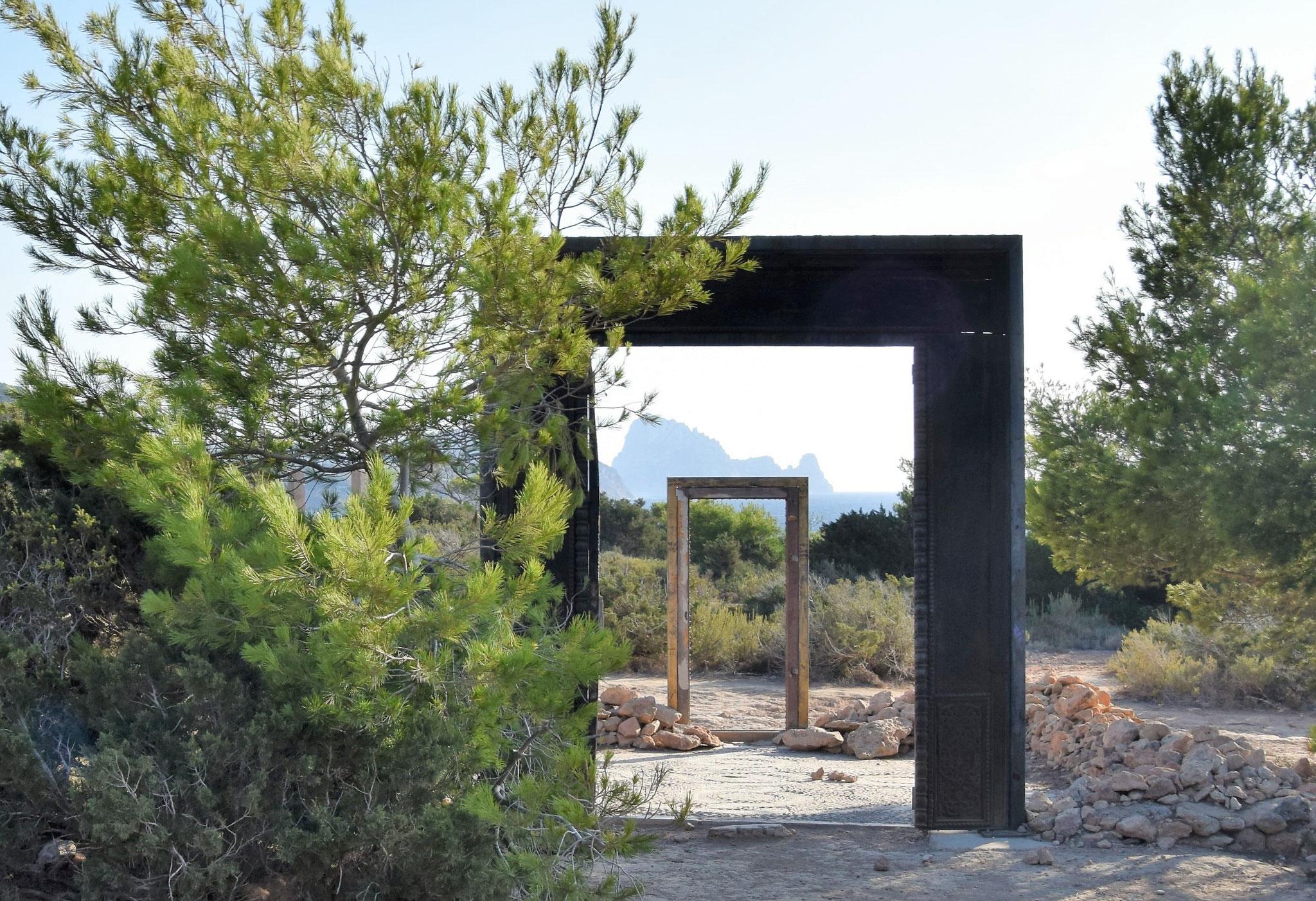 """""""Türen ins Nichts"""" mit der Insel Vedrà im Hintergrund"""