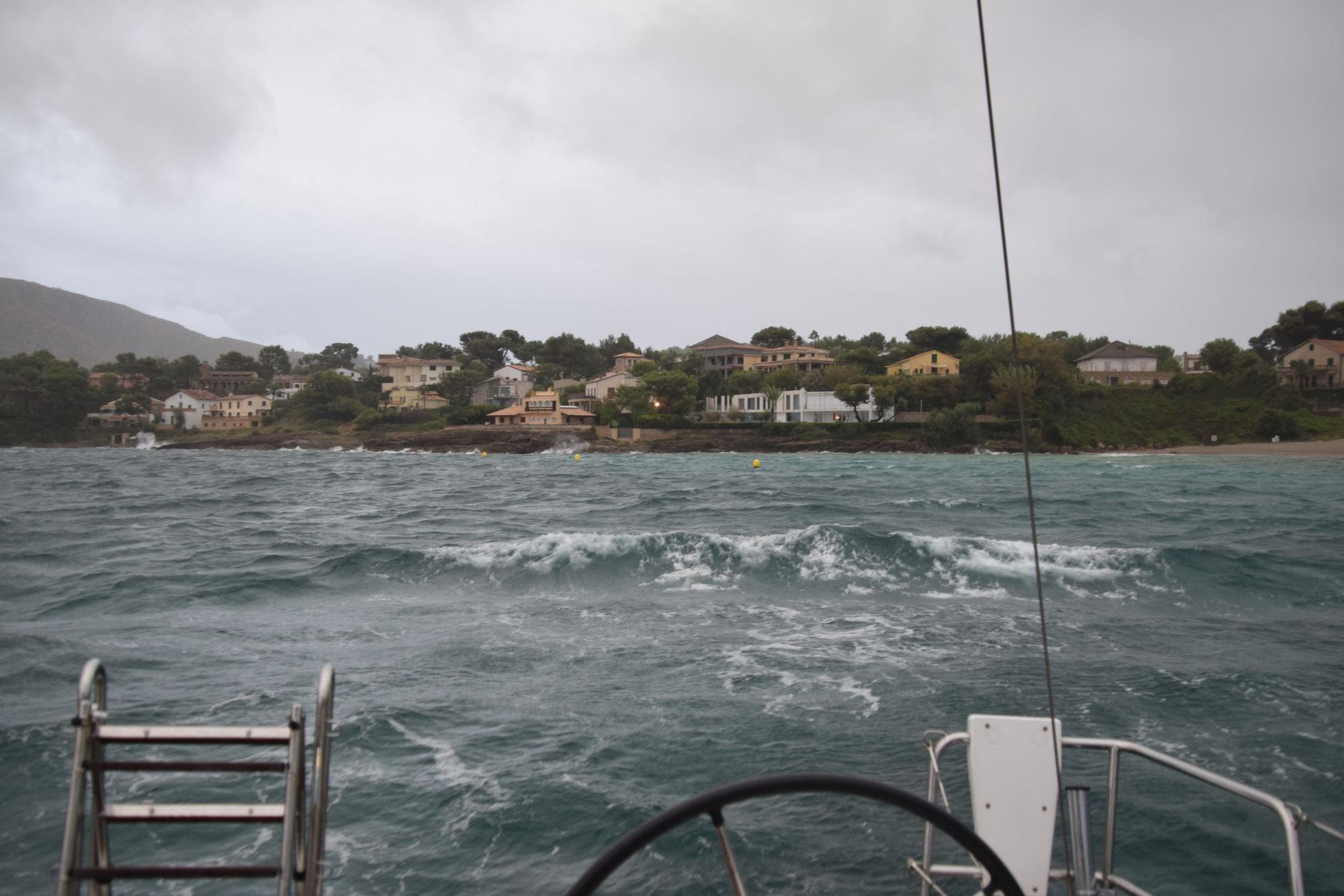 und die treiben reichlich große Wellen in die Bucht.