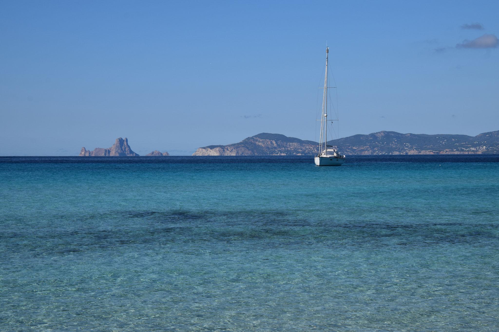 Im Hintergrund wieder die Insel Es Vedrà