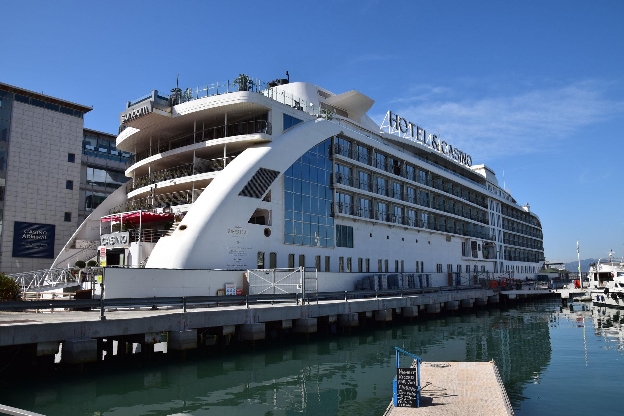 Eine Luxusyacht als Casino und Hotel