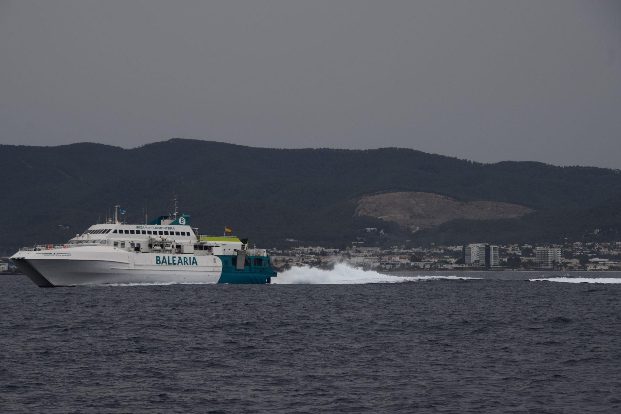 Die Schnellfähren rasen zwischen Ibiza und Formentera mit bis zu 30 Knoten (60km/h) hin und her und sind noch meilenweit zu hören
