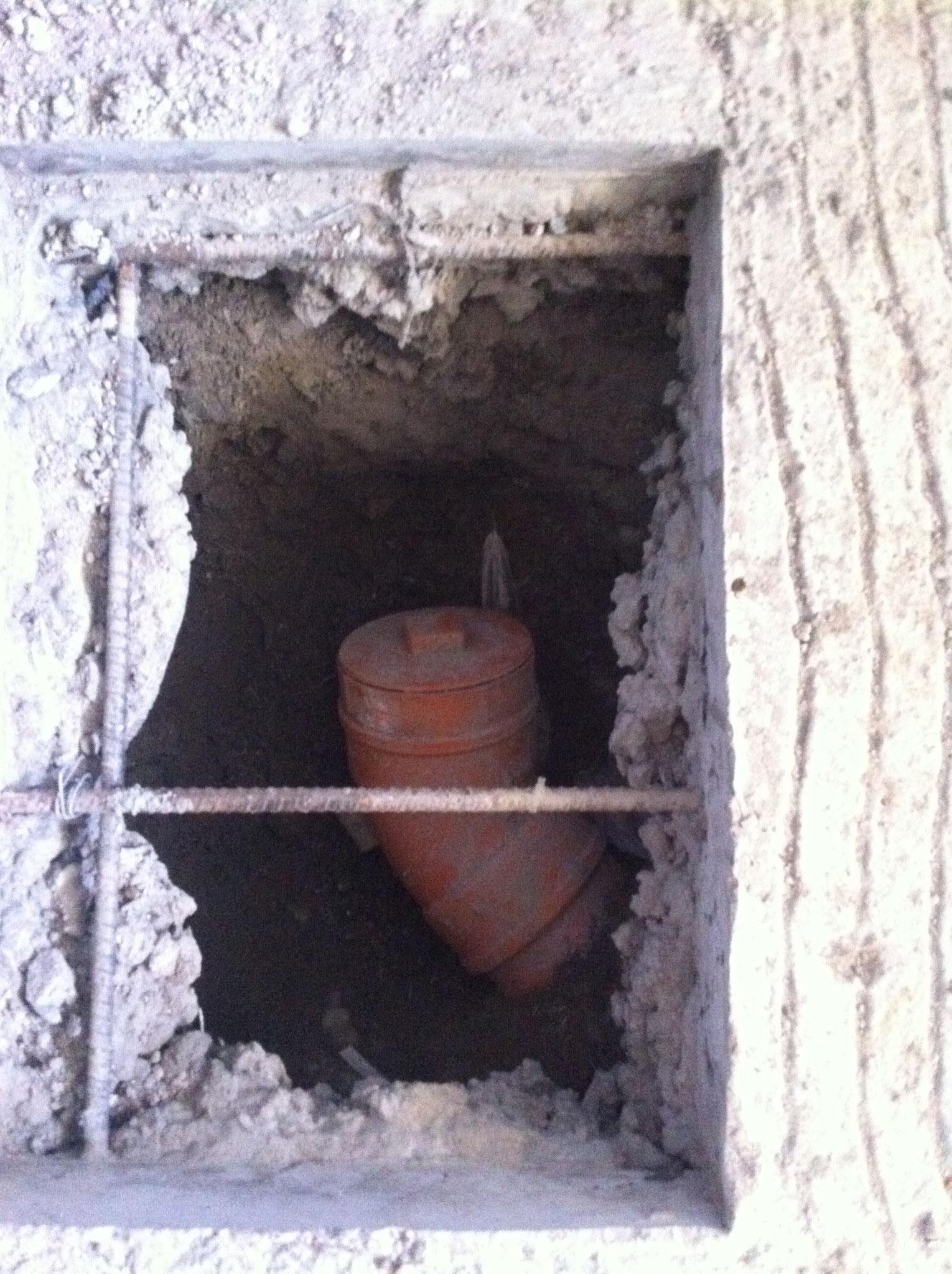 Später kommt hier die Wc Schüssel, Pvc Rohr ca.30cm von Wand weg und Muffe erst provisorisch montieren