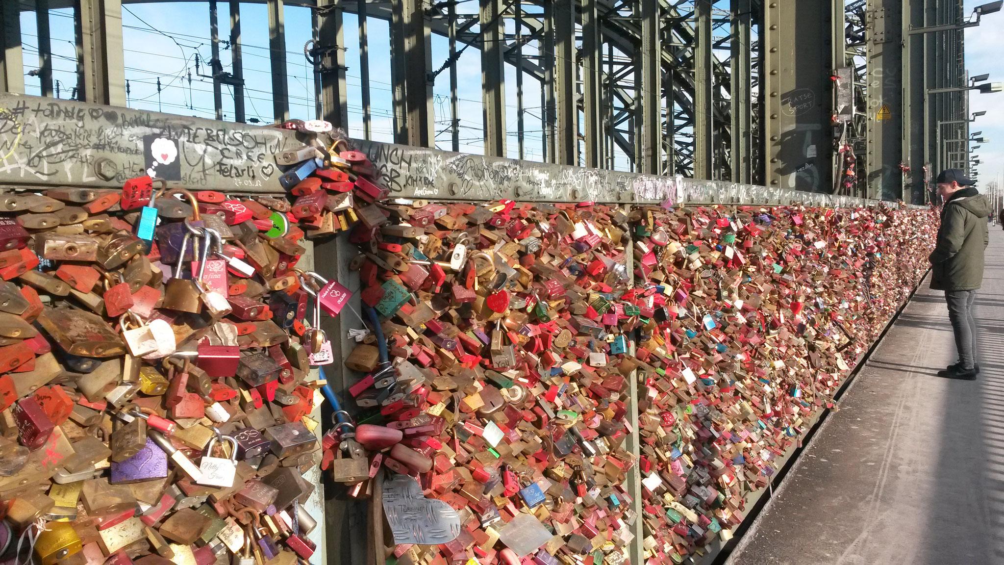 Liebesbeweise an der Hohenzollernbrücke