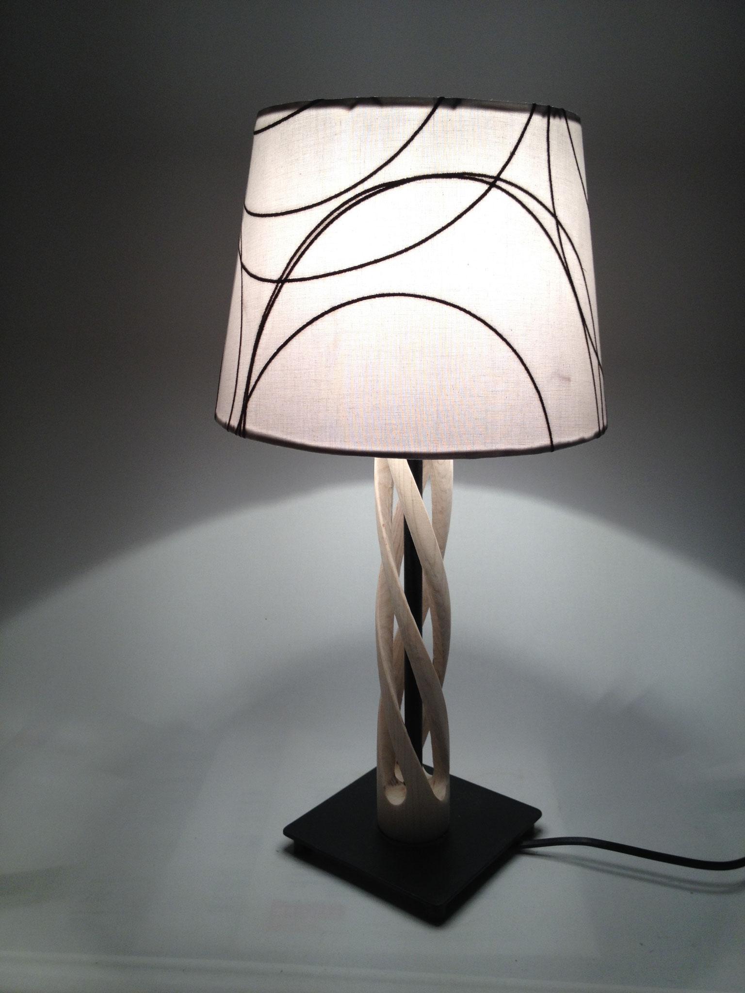 Stehlampe mit gewundenem Fuß 3