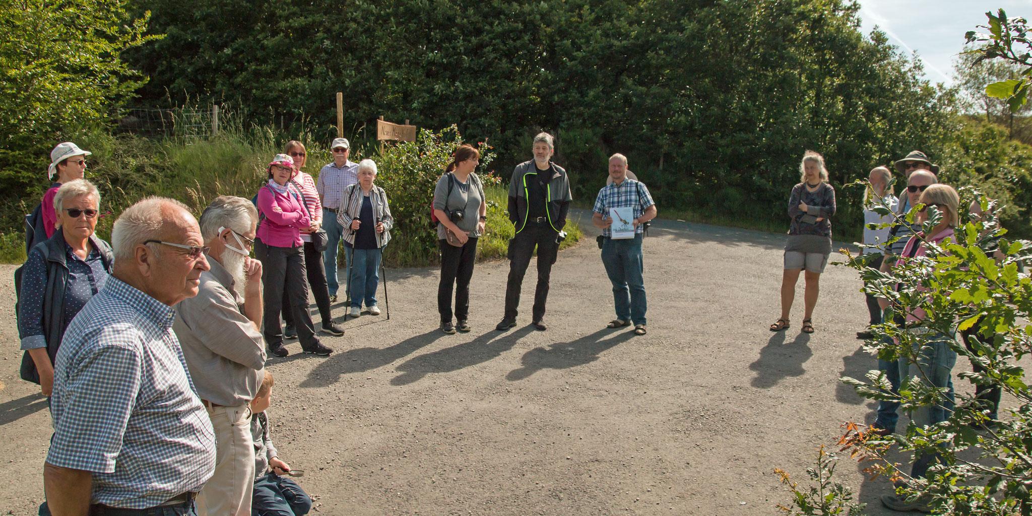 Teilnehmerkreis Libellenexkursion, mittig mit Buch Dipl. Biologe Ullrich Haese (Foto: Rea Brinkhoff)