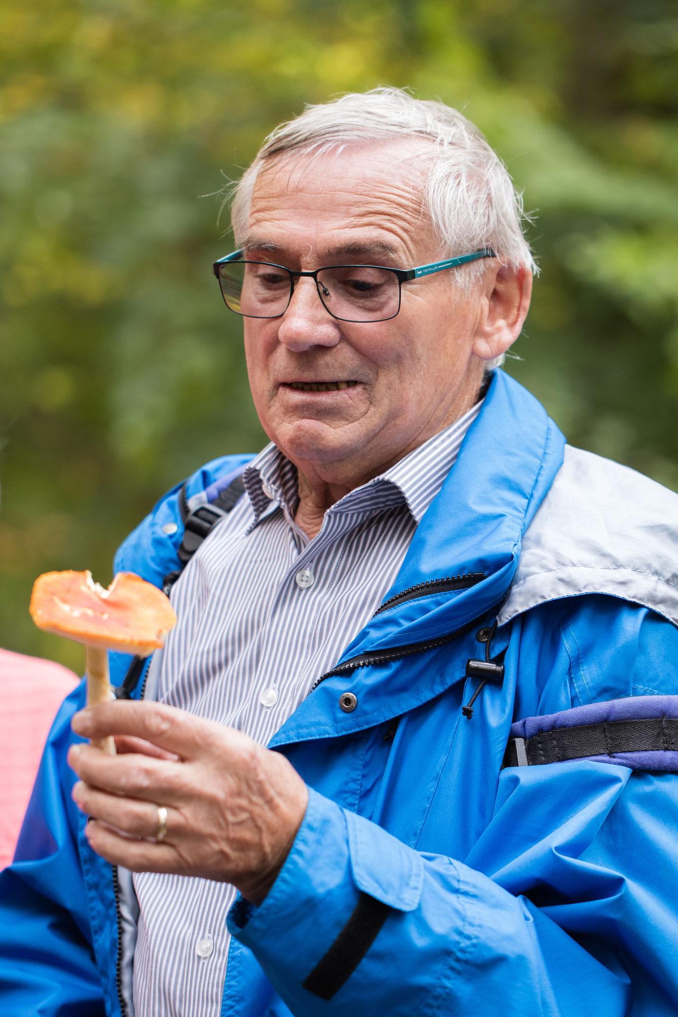Manfred Schröder bei der Pilzbesprechung (Foto: Andreas Sebald)