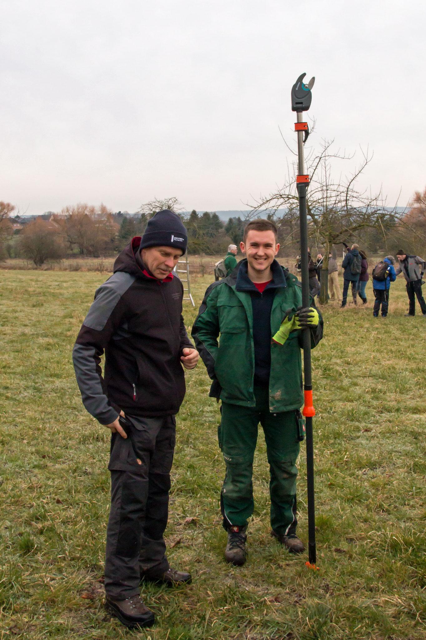Jens Woitol und Philipp Birsens mit langer Zange (Foto: Andrea Brinkhoff)