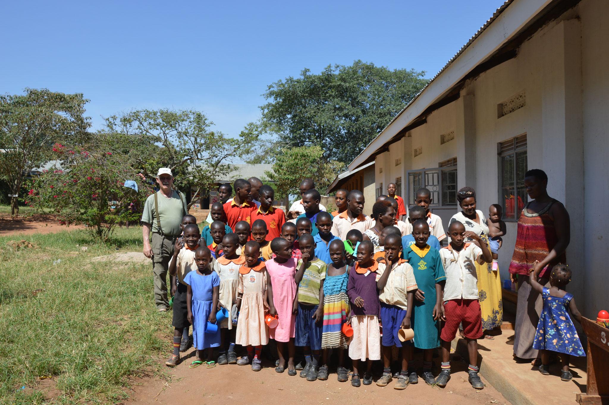 Die Schüler und Schülerinnen der Gehörlosenschule Ssembablue