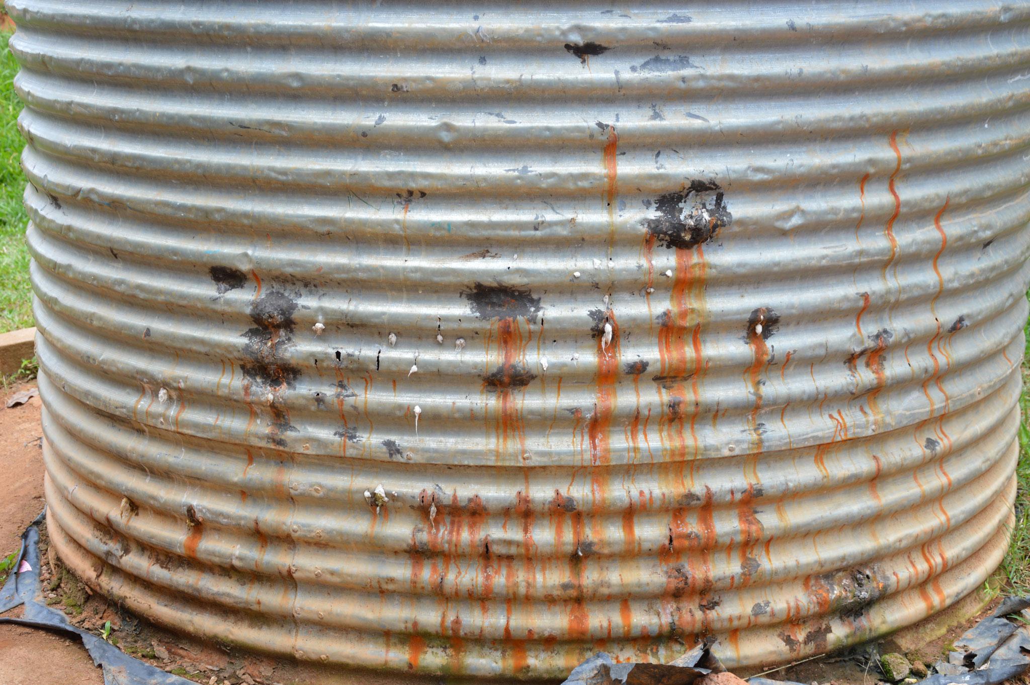 Kaputte Wassertank muss dringend neu ersetzt werden.