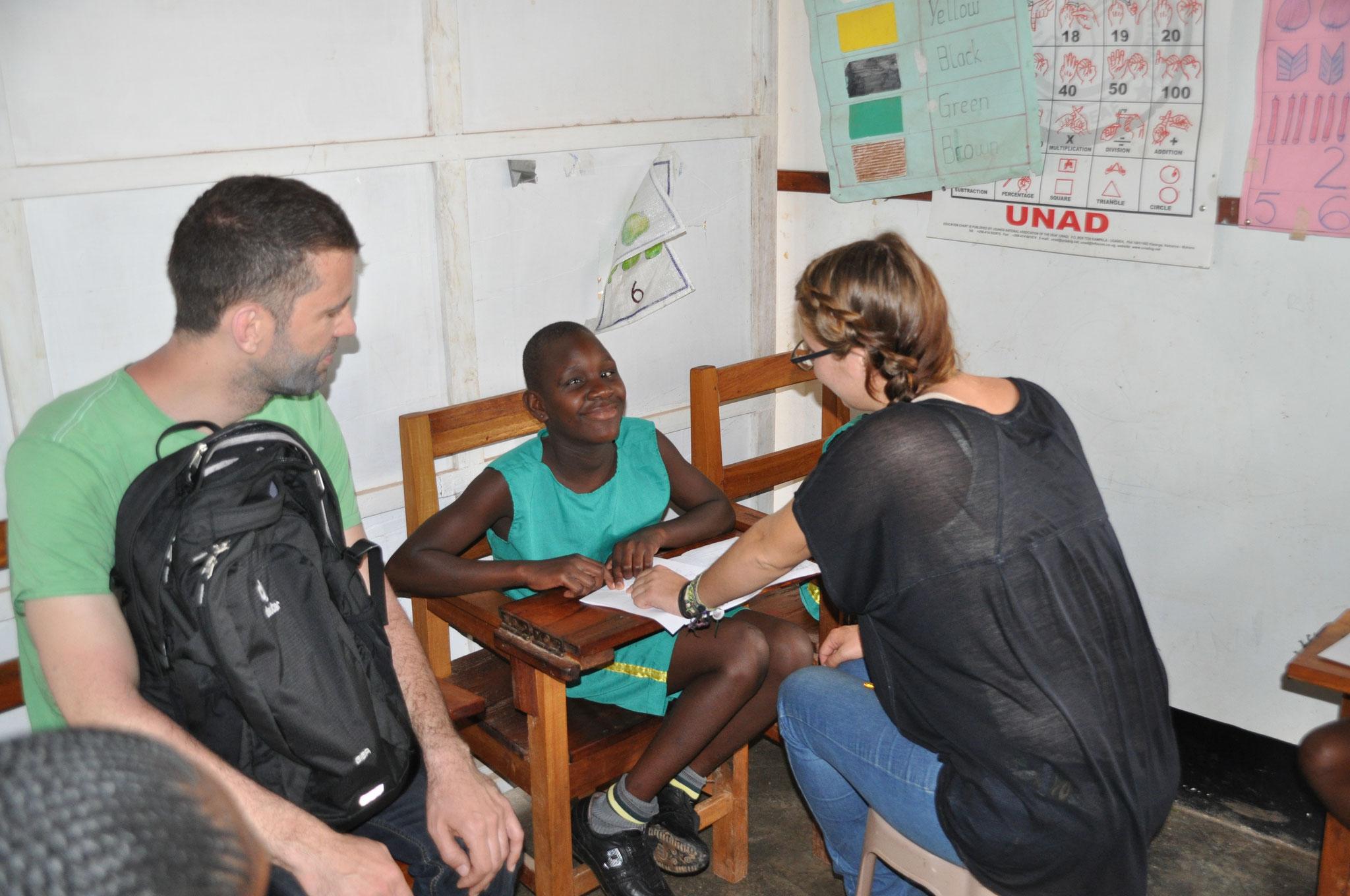 Winfried schaut Jenny dabei zu, wie sie die Kinder der Taub-Blinden-Schule unterrichtet
