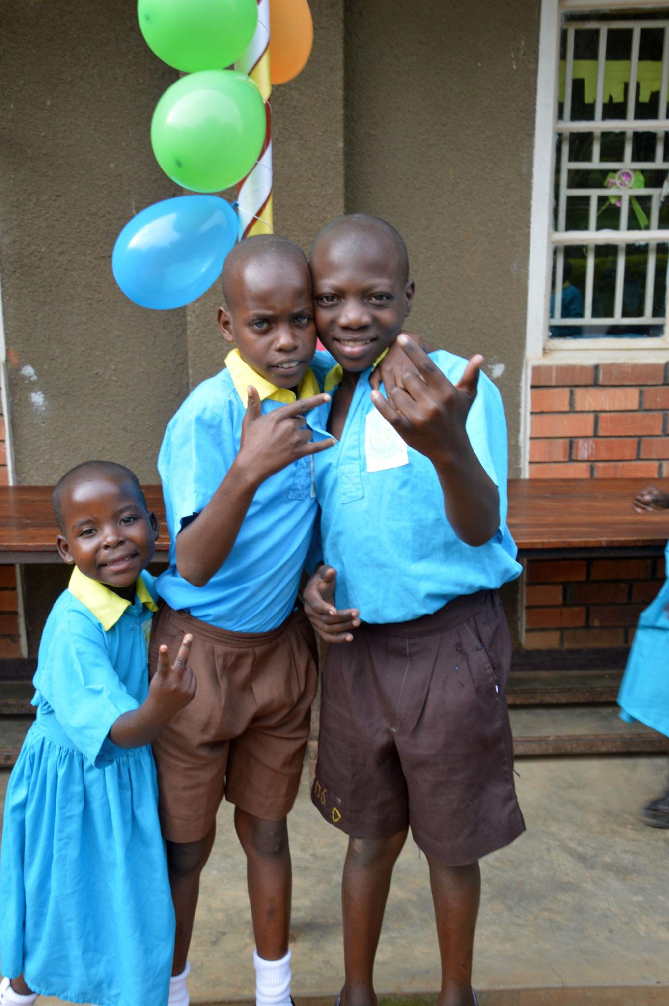 Die Kids am Elterntag in ihrer Sonntagskleidung freuen sich schon auf ihre Eltern.