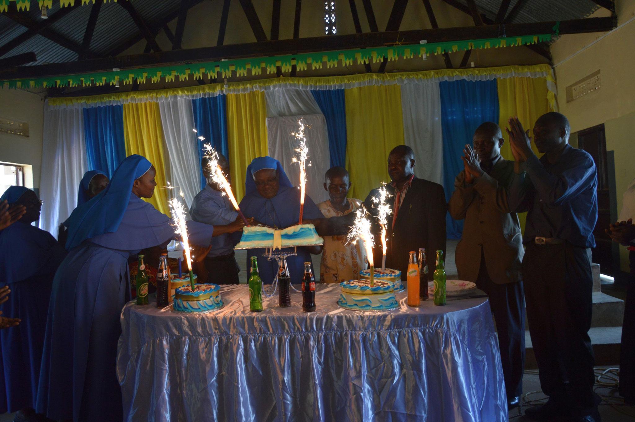 Wunderkerzen angezündet, danach gab es für jeden und zwar wirklich jeden ein kleines Stück Kuchen.