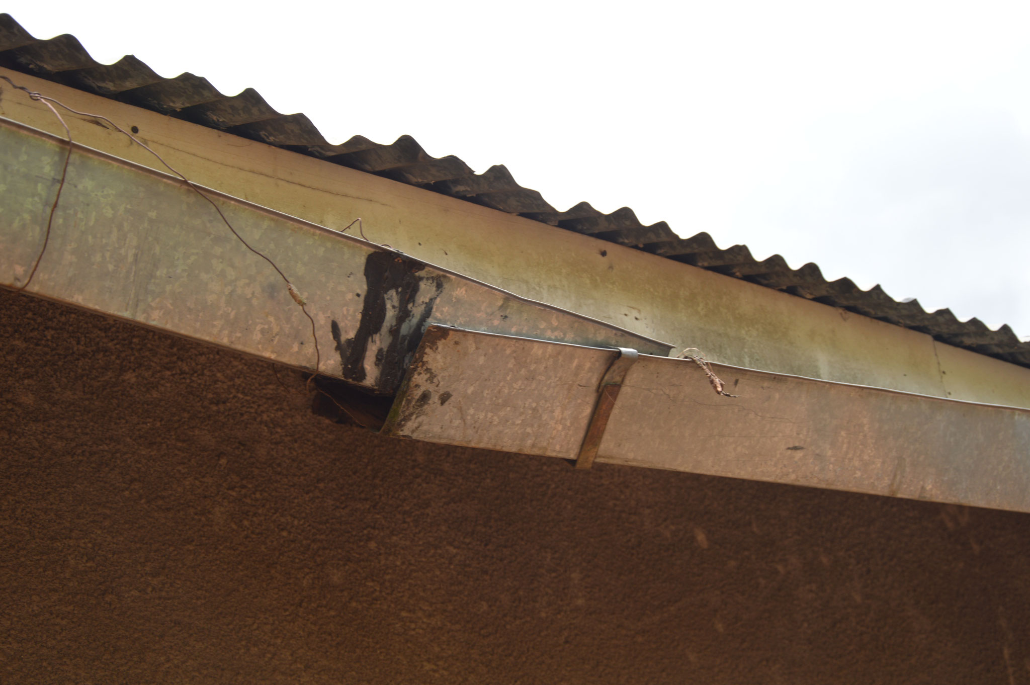 Über diese Dachrinnen kann nicht mehr optimal das Wasser aufgefangen werden.