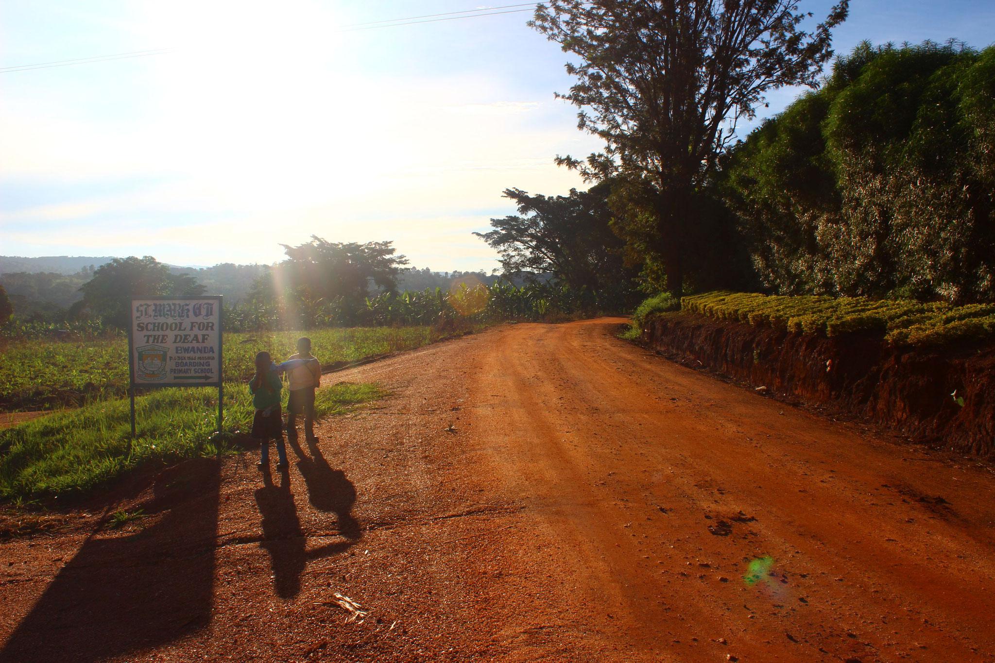 Vor dem Eingang der Schule in Bwanda