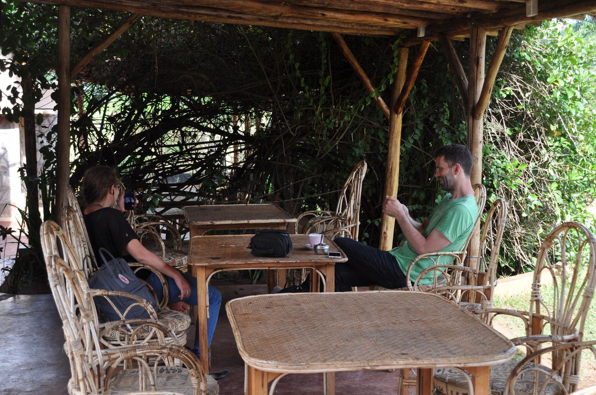 Und da man hin und wieder Erholung braucht, genießen wir das Wlan in einem dänischen Café in Masaka