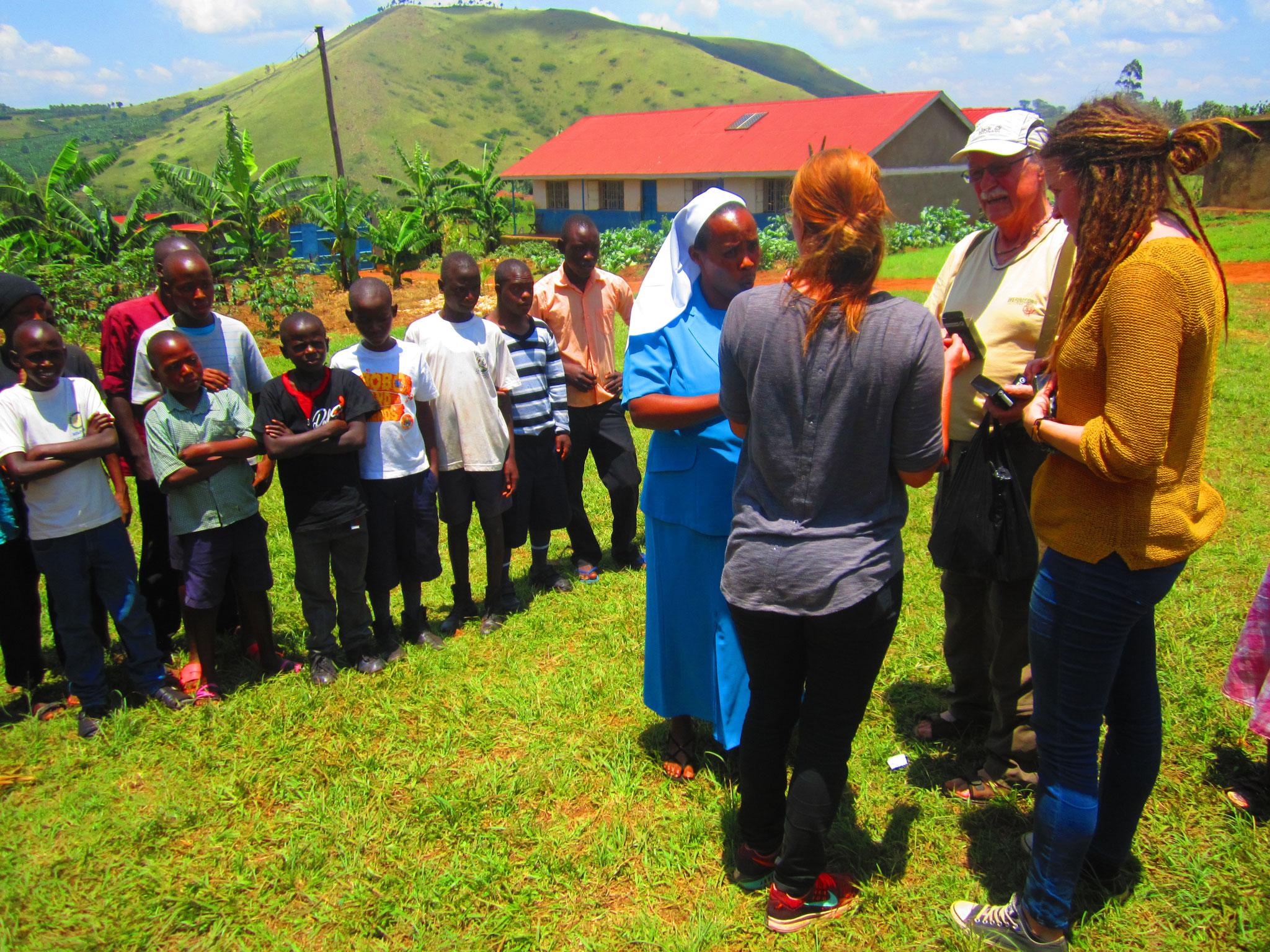 Begrüßung von Schwestern Josephine - Schulleiterin in Ntungamo