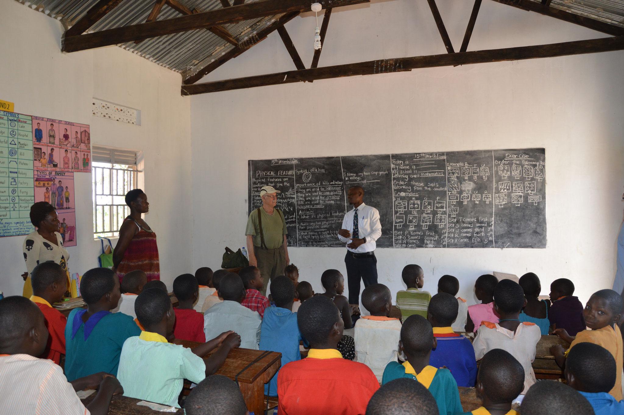Hier unterrichtet Wabbi - Er ist ein ehemaliger Schüler der Gehörlosenschule in Bwanda