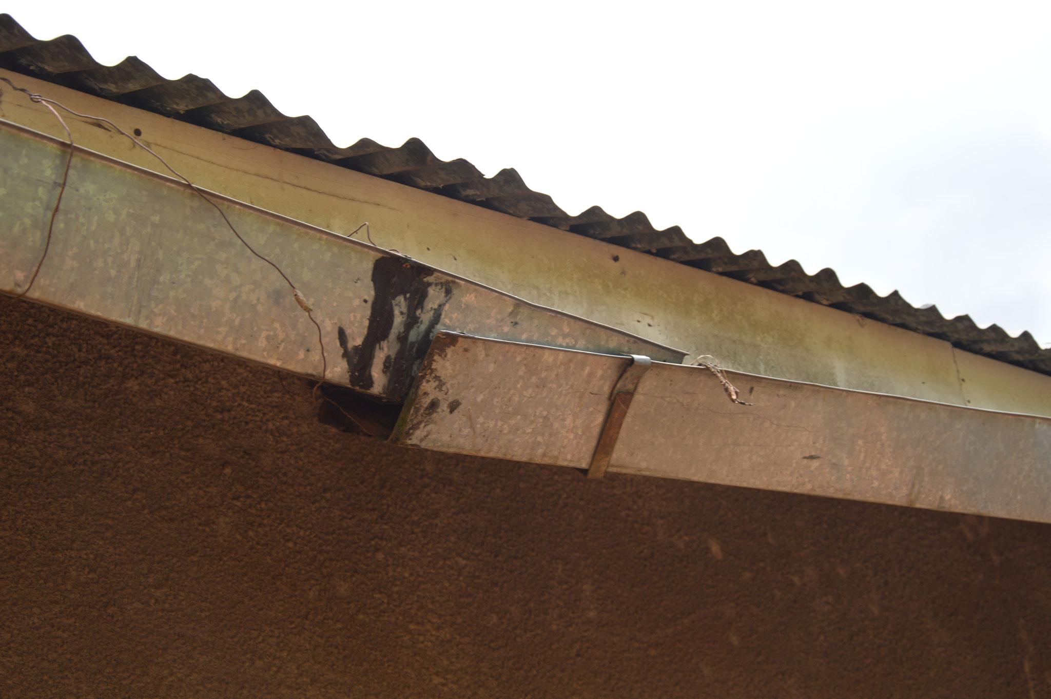 Ebenfalls die Dachrinnen sind kaputt und müssen neu ersetzt werden.
