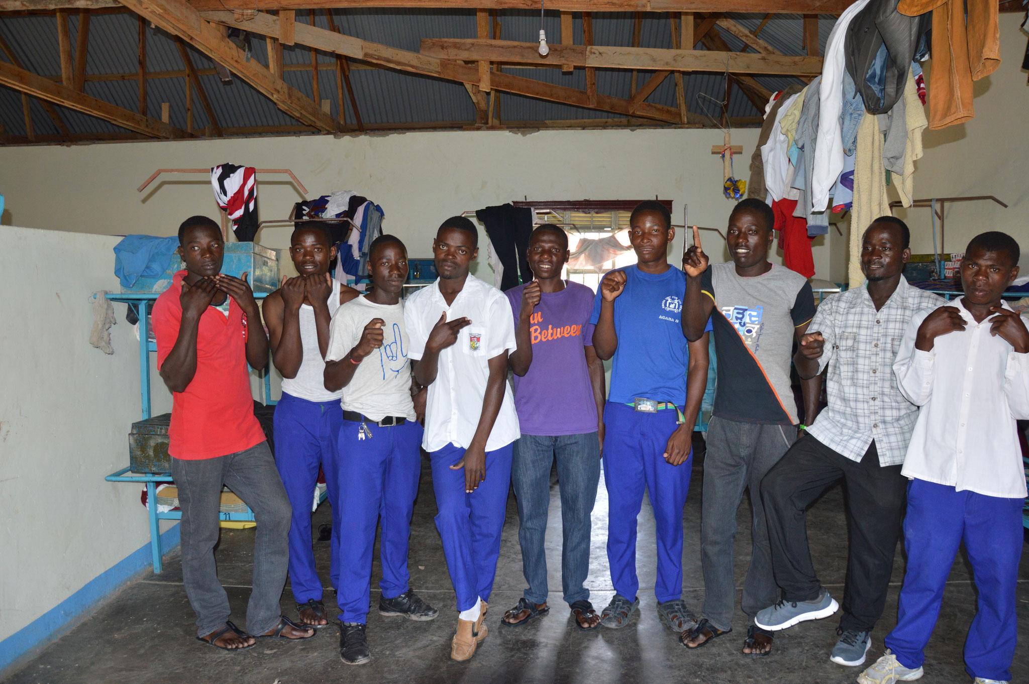 Jungs in Isingiro im Neubau Jungenschlafsaal