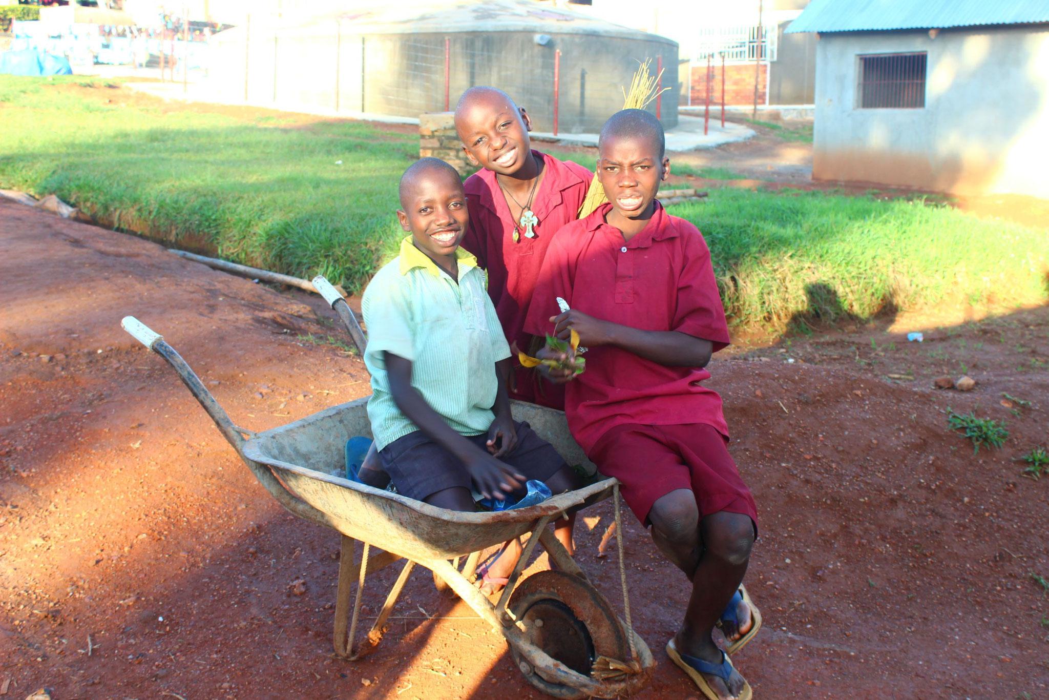 Kinder spielen mit der Schubkarre