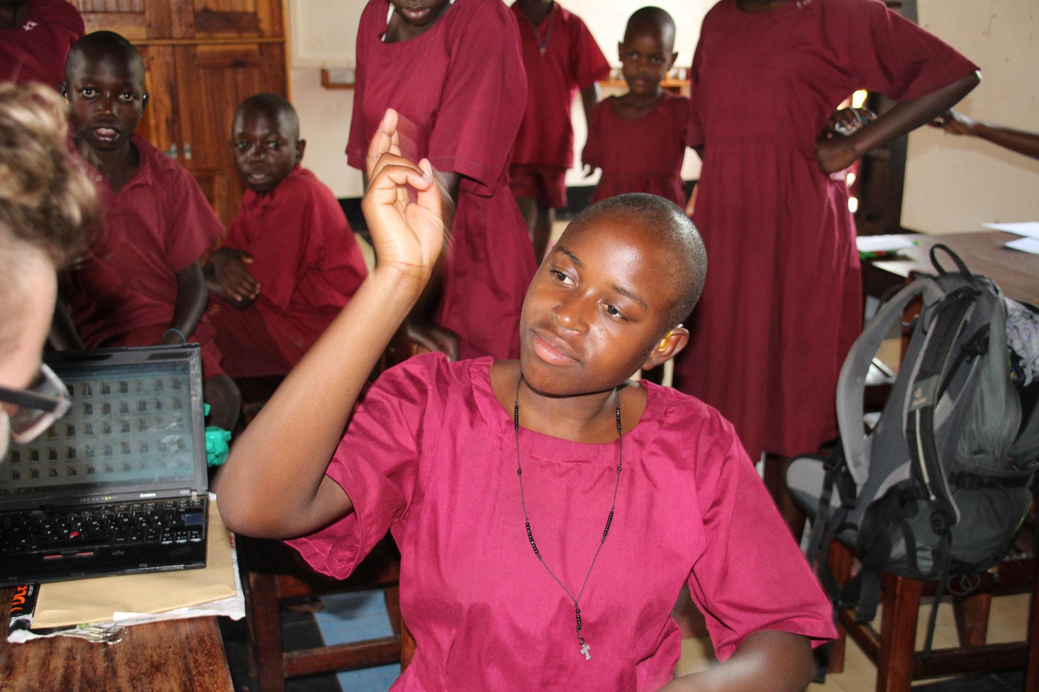 Kinder müssen die Verhaltensregeln mit dem Hörgerät wiederholen
