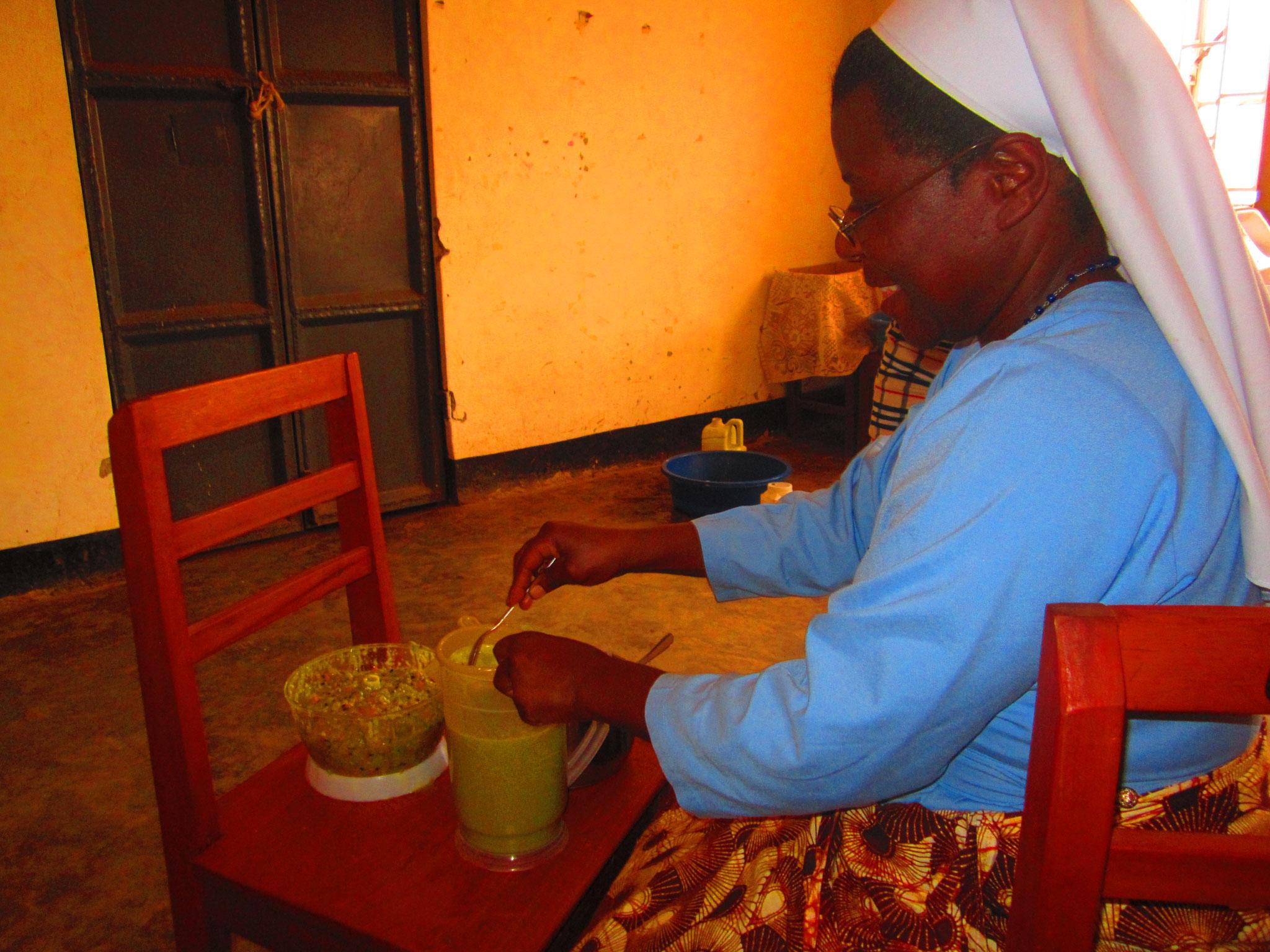 Und Schwester Jacinta macht Saft für uns