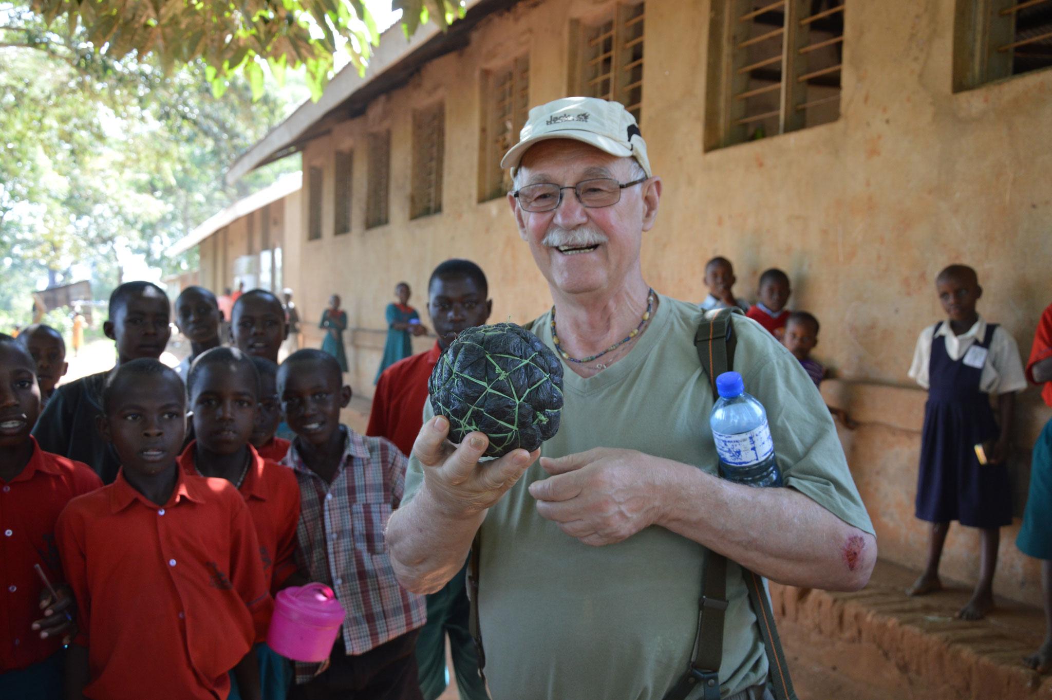 Gerhard zeigt einen Ball, der aus Plastiktüten hergestellt wurde, der traditionelle Ball, wie man ihn überall in Uganda finden kann, für Gerhard aber etwas besonderes, da die Schüler in Bwanda meist gute Bälle haben.