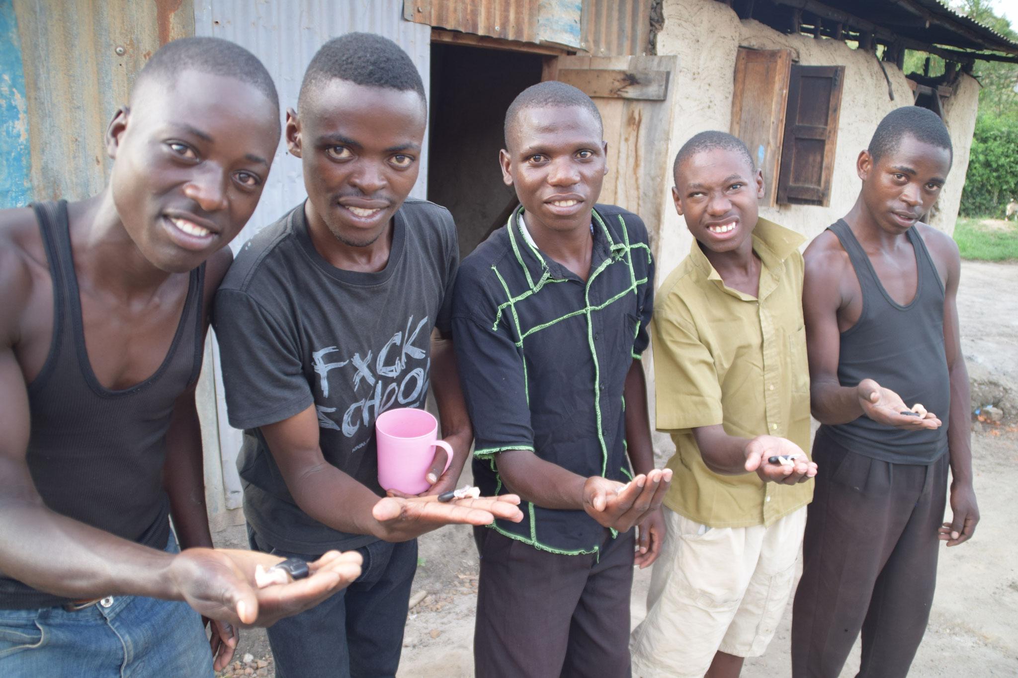 Jungs freuen sich über ihre Hörgeräte.