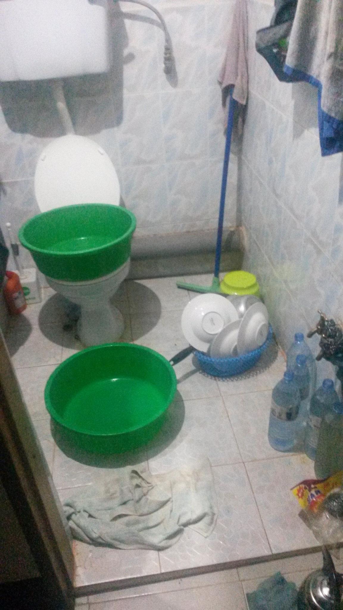 Bad, die grünen Waschschüsseln sind Dusche, Spüle, Putzeimer und Waschmaschine zugleich