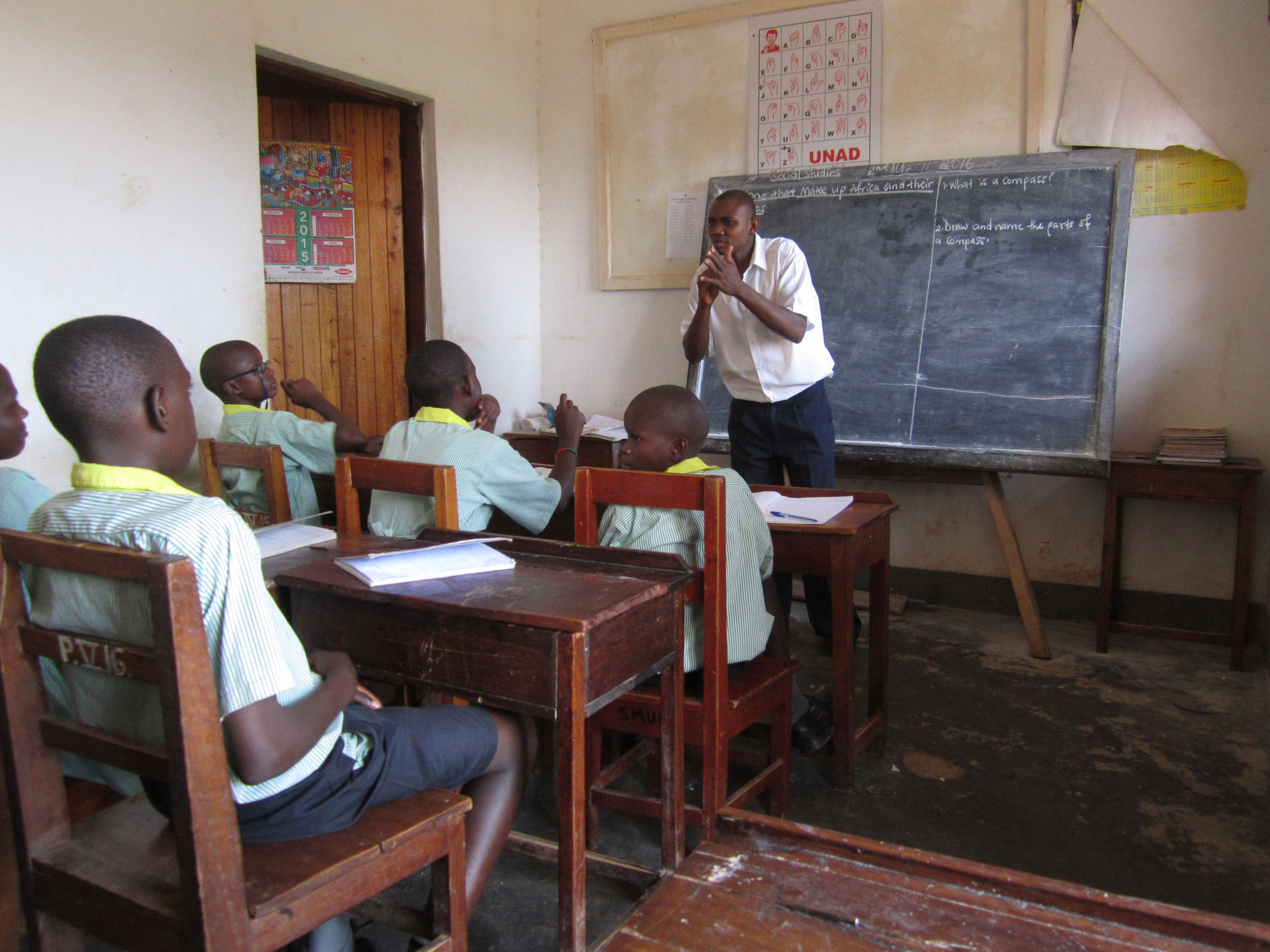 Henry Mulindwa unterrichtet P7 in Erdkunde