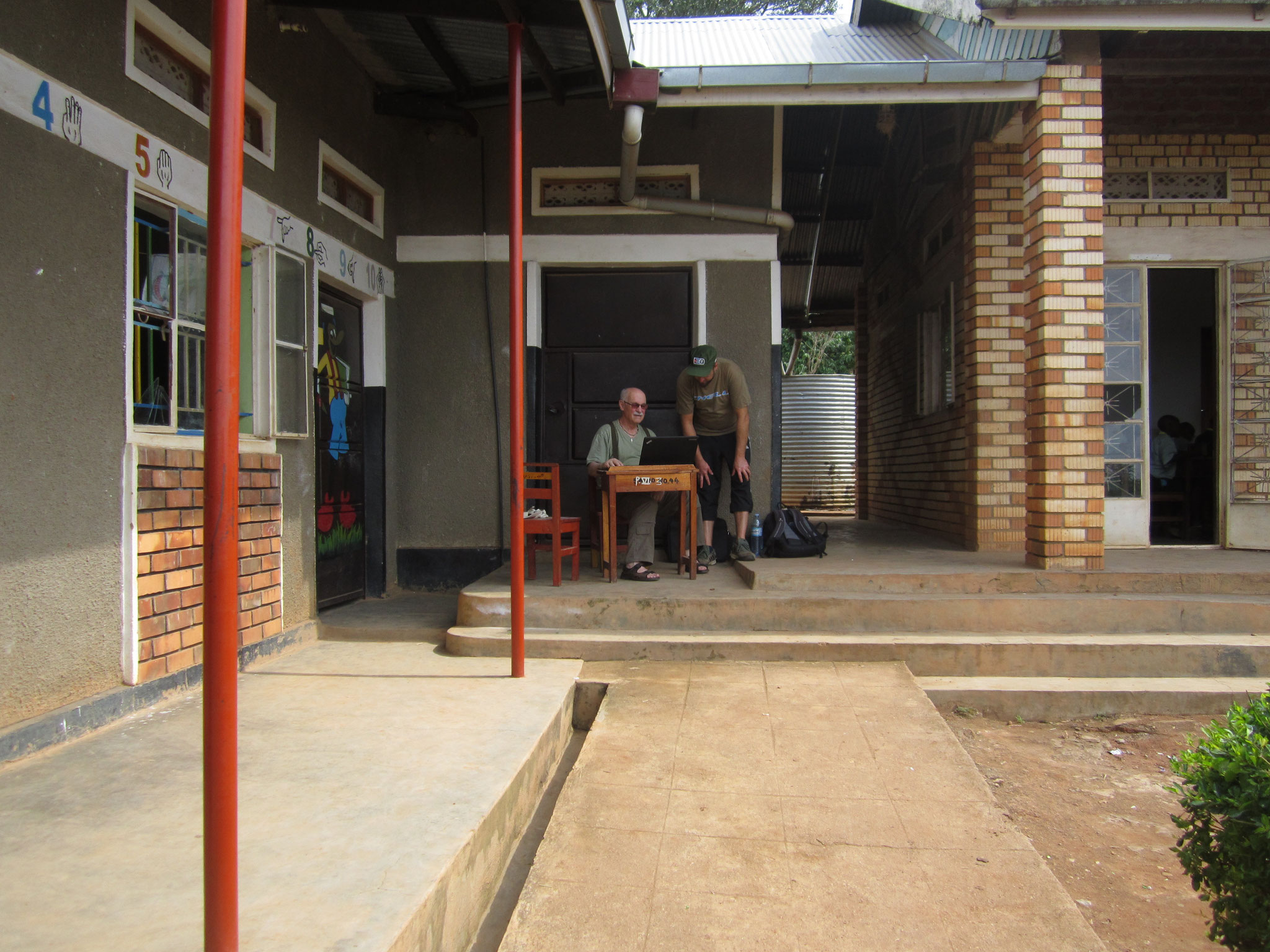 eine der beiden Stellen an der Schule in Bwanda, an der man Internetempfang hat.