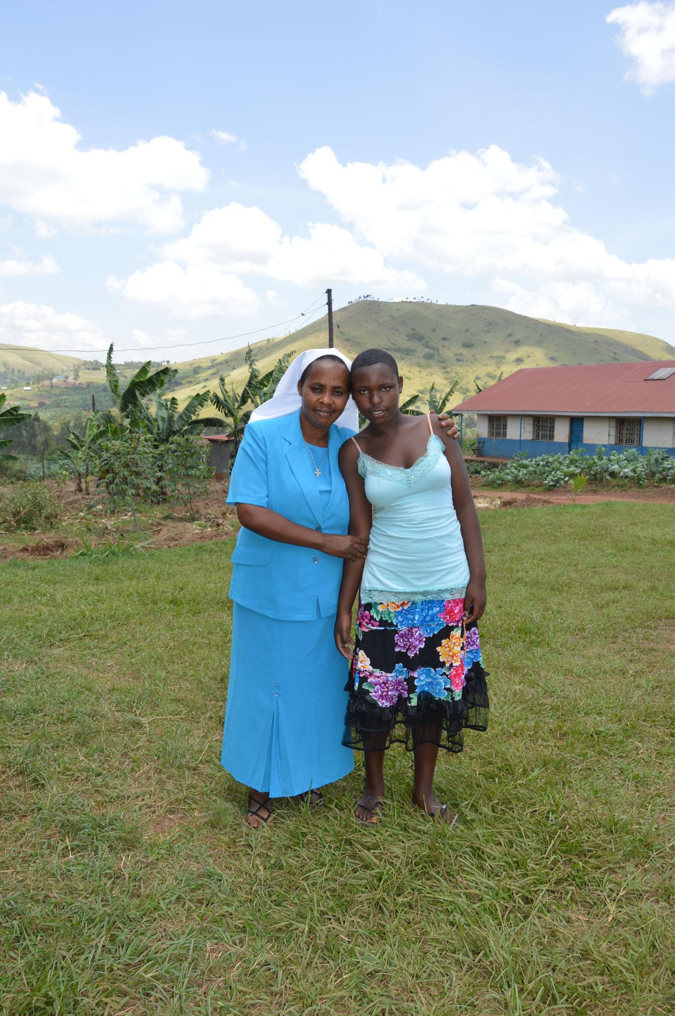 Sister Josephine mit einem Mädchen, die 'Aufgrund von Vergewaltigung ein Baby bekommen hat und nun lange gefehlt hat. Wir freuen uns, dass sie nun wieder die Schule besuchen kann und ihre Eltern auf das kleine Mädchen aufpassen.