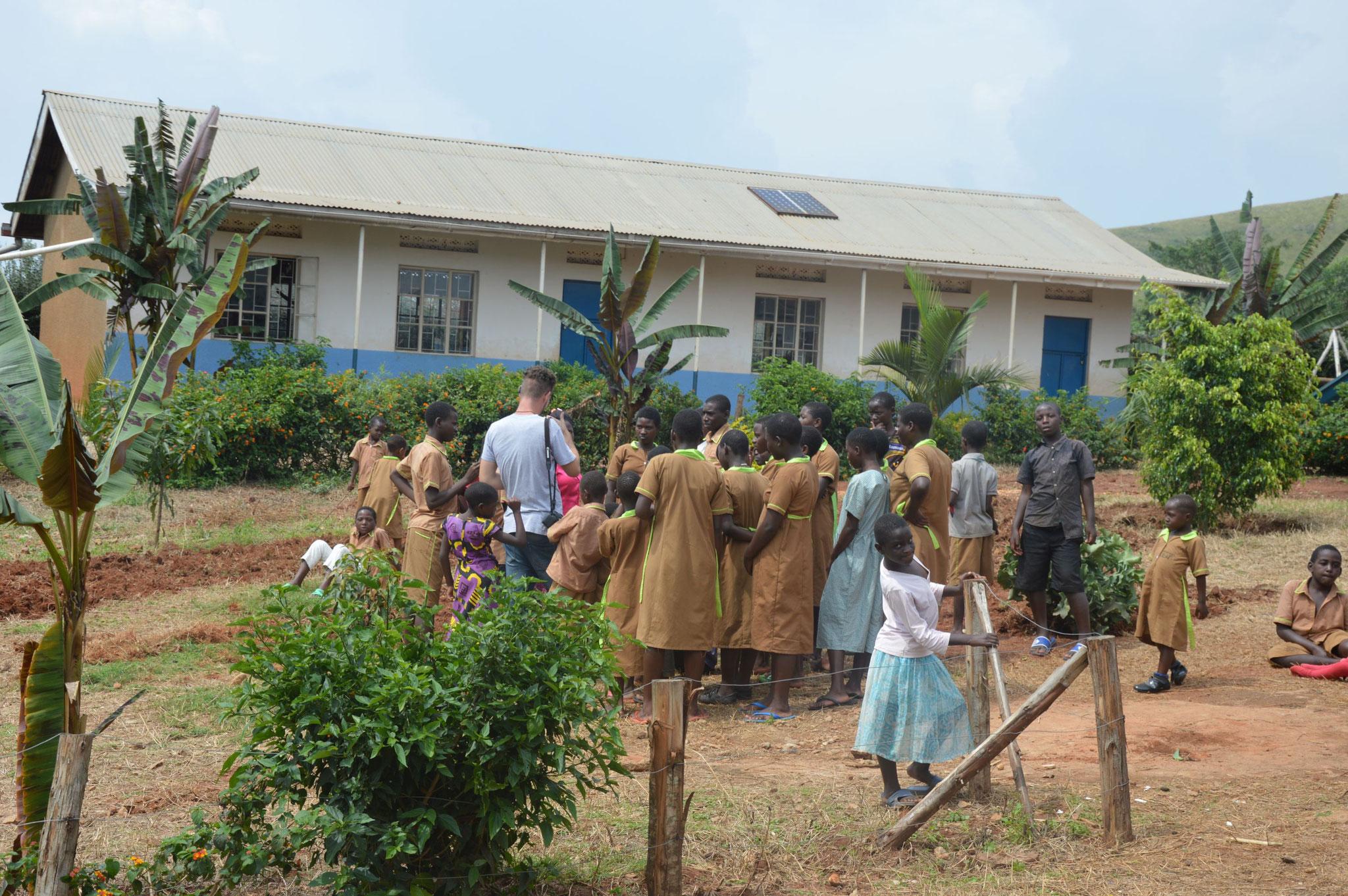 Alex unterhält sich mit den Kindern in Ntungamo.