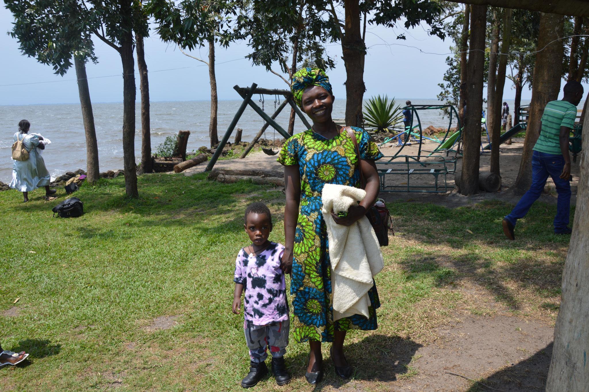 Rosemary mit ihrem Sohn. Sie ist Lehrerin an der Taub-Blinden-Schule seit 2016. Davor war sie in den Klassen 1 - 3.