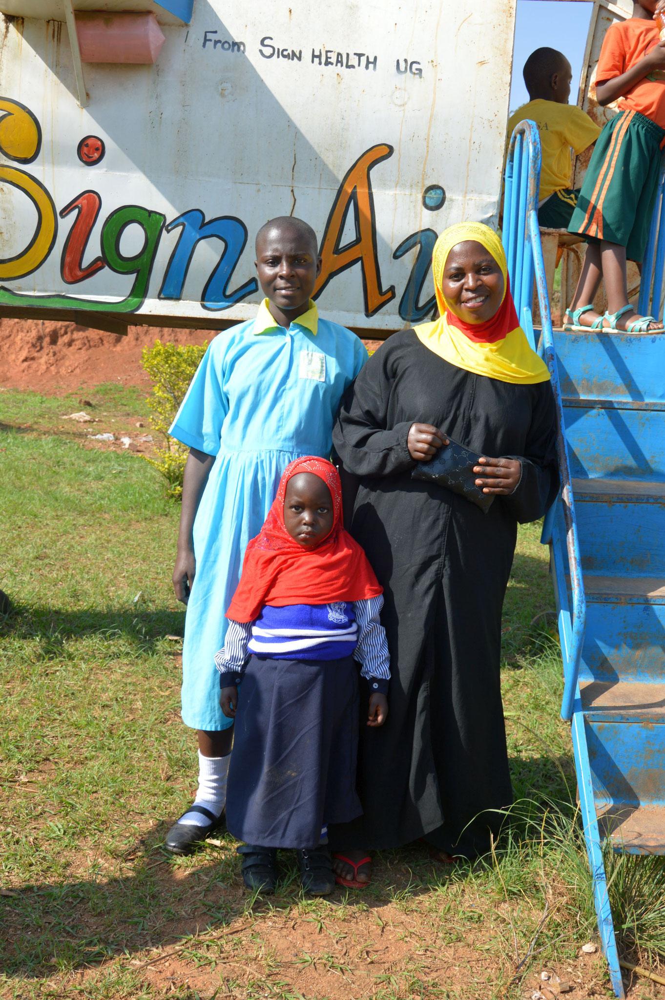 Eine Mutter hatte mich gefragt, ob ich ein Foto von ihr und ihren beiden Töchern machen könnte, das schönste an diesem Foto ist, dass zwar die Mutter und die Tochter ein Kopftuch tragen, unsere Schülerin allerdings nicht.