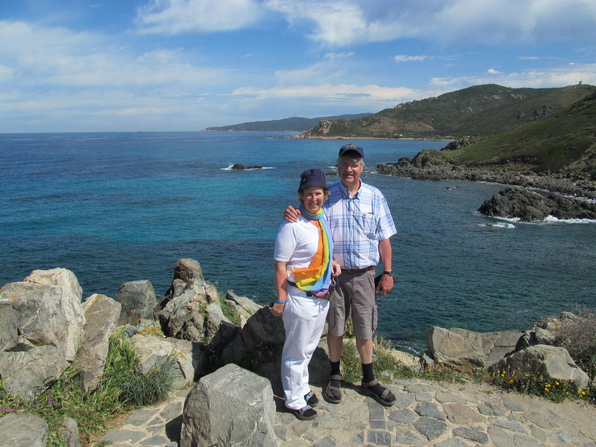 Deux touristes heureux en Corse