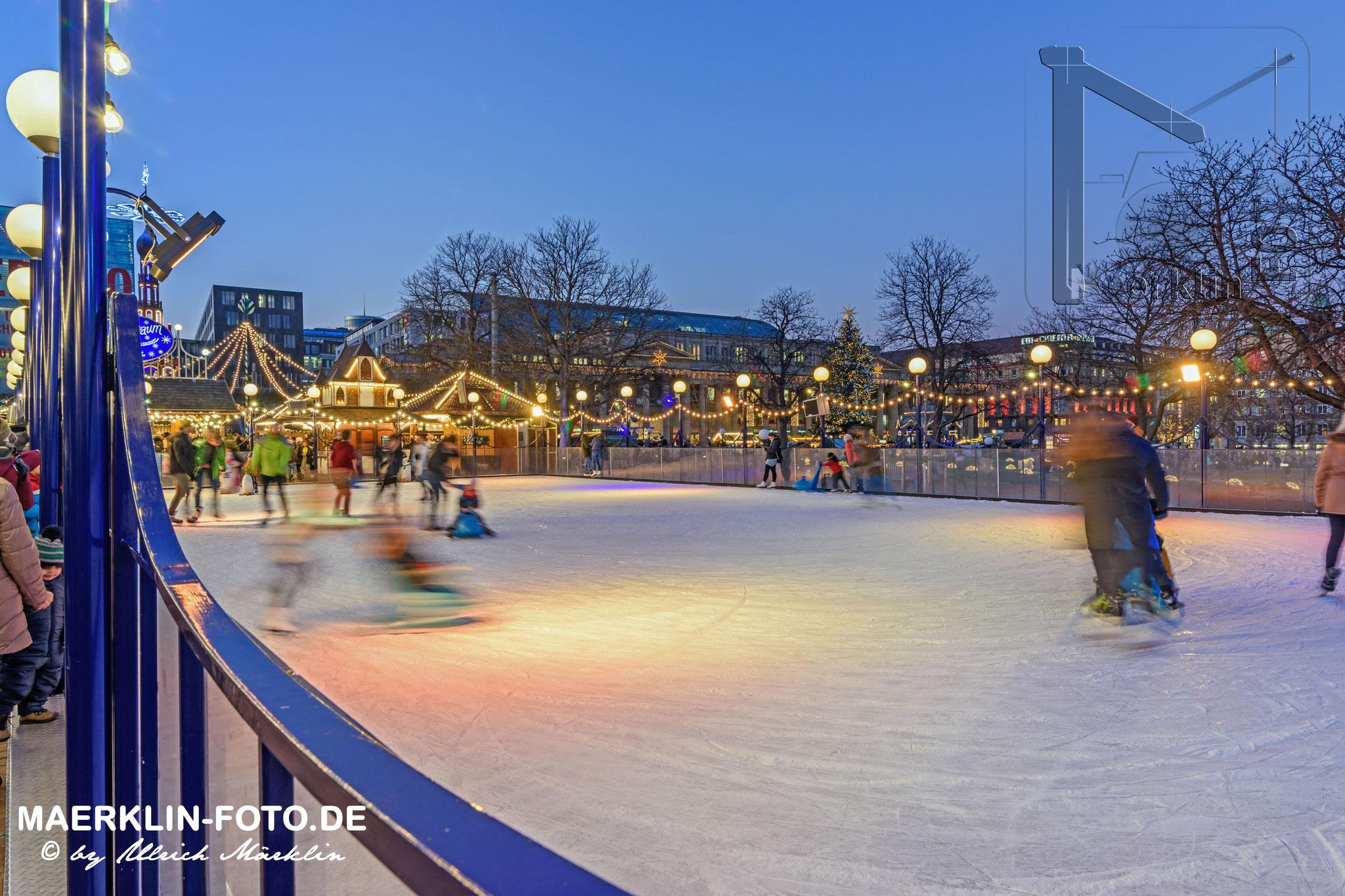 Weihnachtsmarkt in Stuttgart, Eislaufen auf dem Schlossplatz