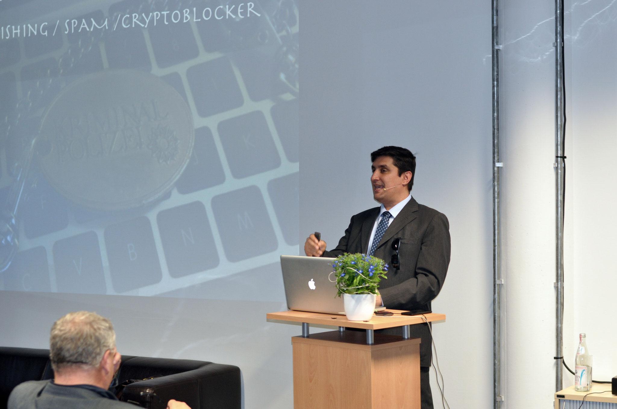Herr Karakaya ist Experte für Internetkriminalität bei der Münchner Polizei und gefragter Dozent auf diesem Gebiet